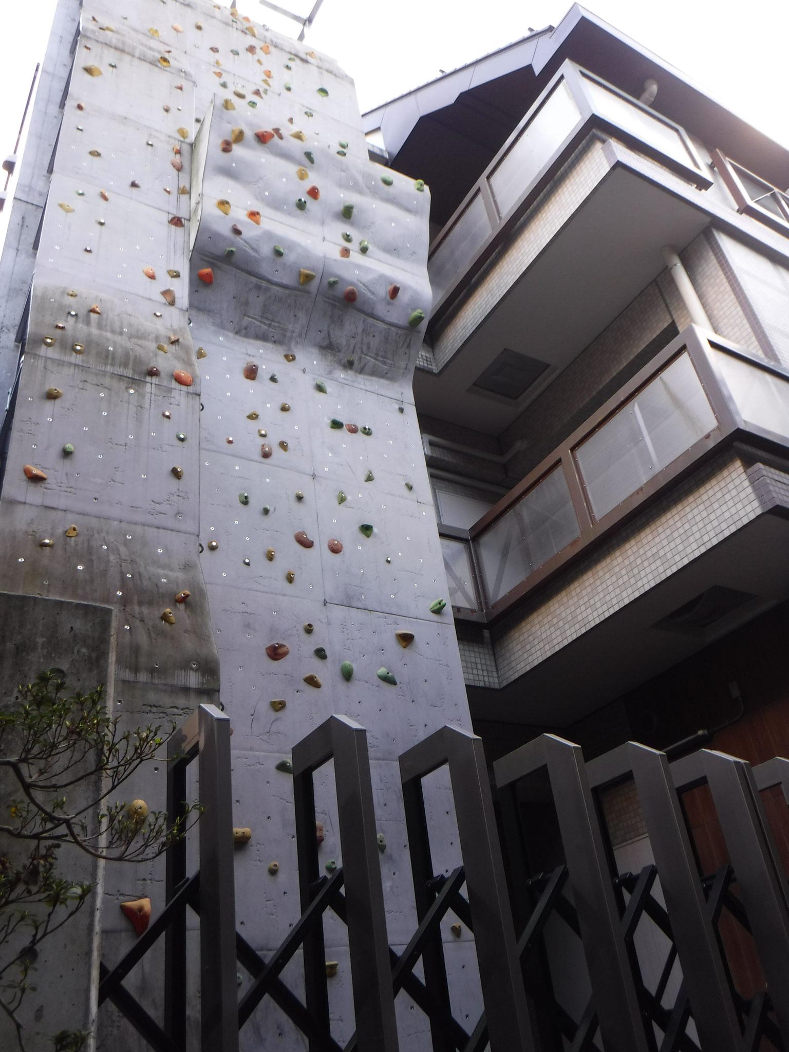 奥多摩交番の建物壁面のクライミングウォール、ウインチもある。