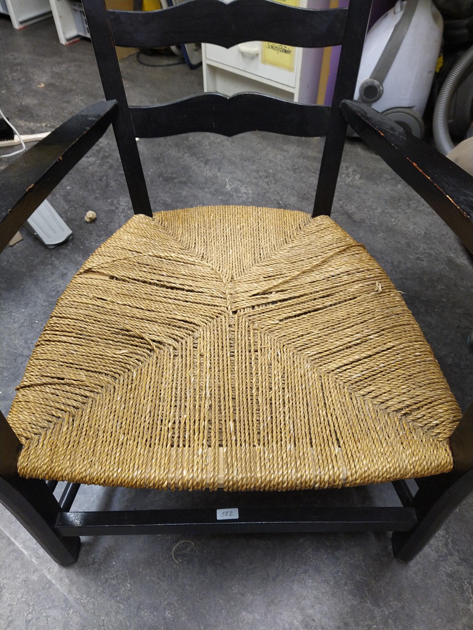 Loungestuhl mit altem Schnurgeflecht