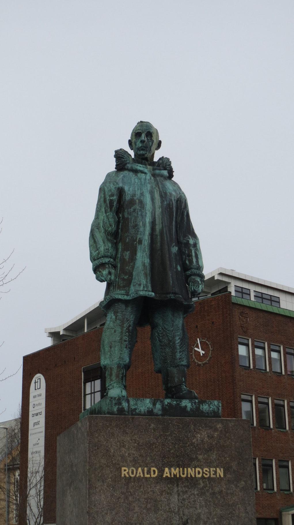 Überall sind Statuen der großen Eismeerfahrer Barents, Nansen und Amundsen zu sehen.