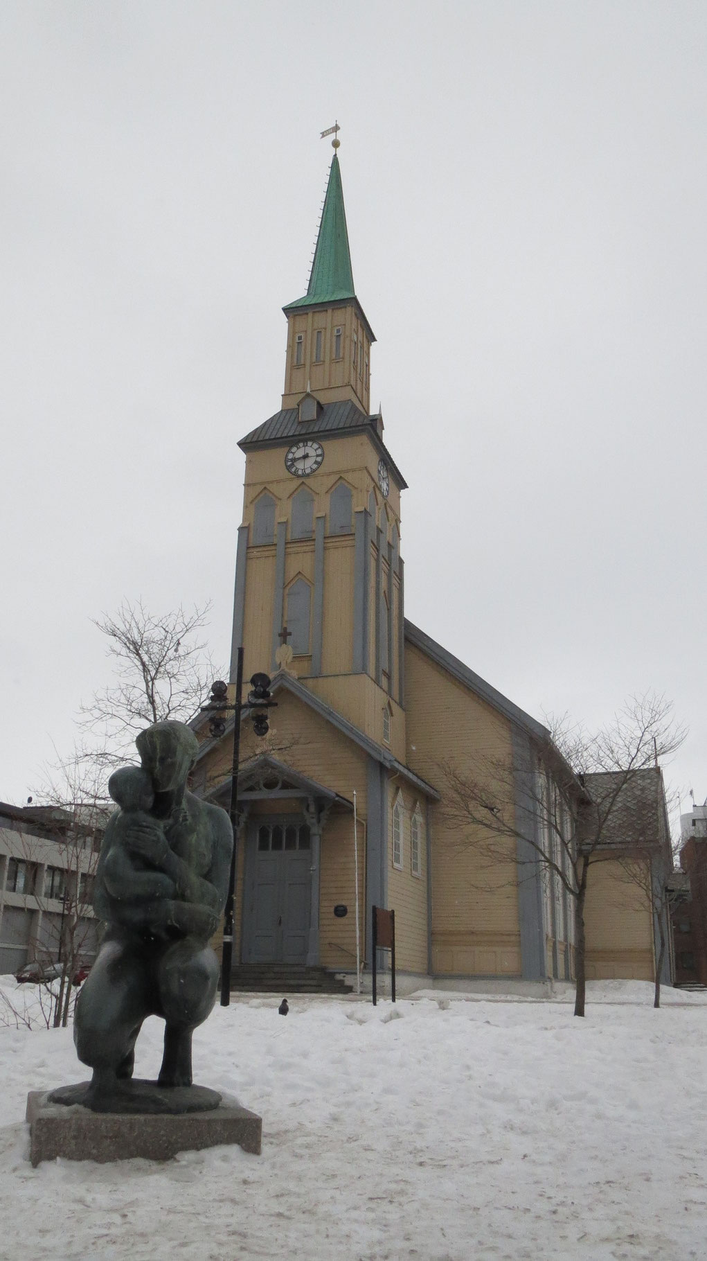 ... der obligatorischen alten Holzkirche (in der am Wochenende - wie könnte es anders sein - die Johannespassion aufgeführt wird) ...