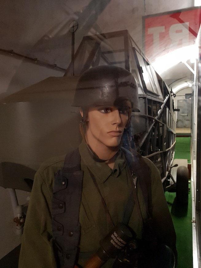 Een mannequin van een Duitse parachutist. En nee.. hij is niet echt!