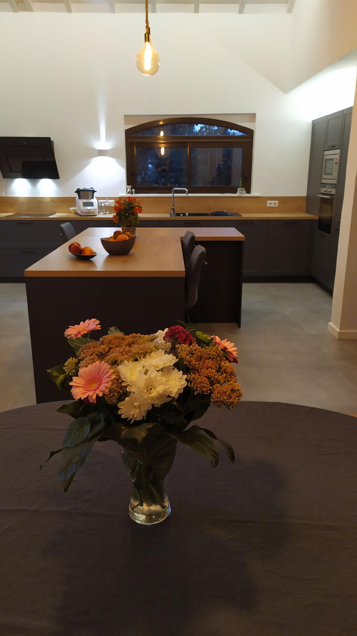 cuisine grise plan bois avec ilot haut de gamme et sur mesure par cuisine design Toulouse