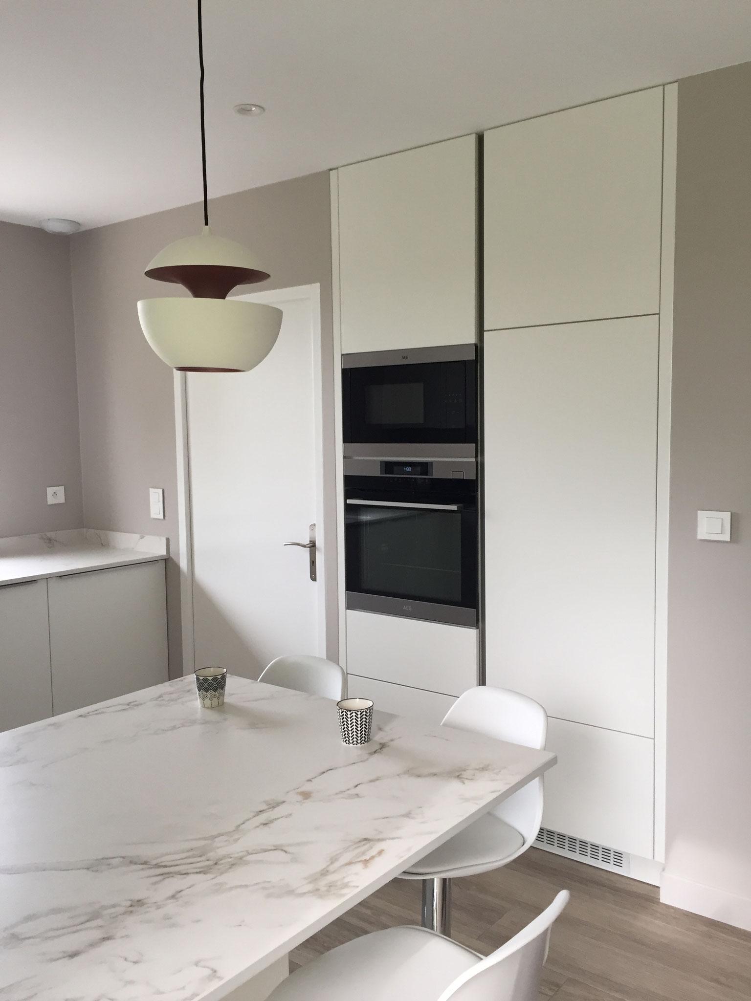 cuisine blanche design ouverte plan en DEKTON avec ilot  colonnes sans poignées et luminaires here come the sun