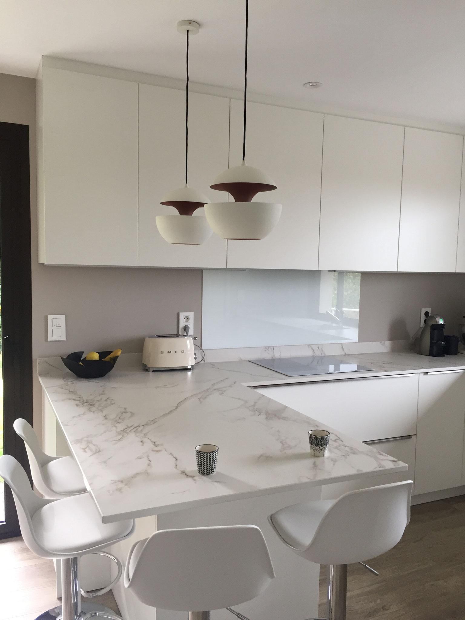 cuisine blanche design ouverte plan en DEKTON avec ilot et luminaires here come the sun