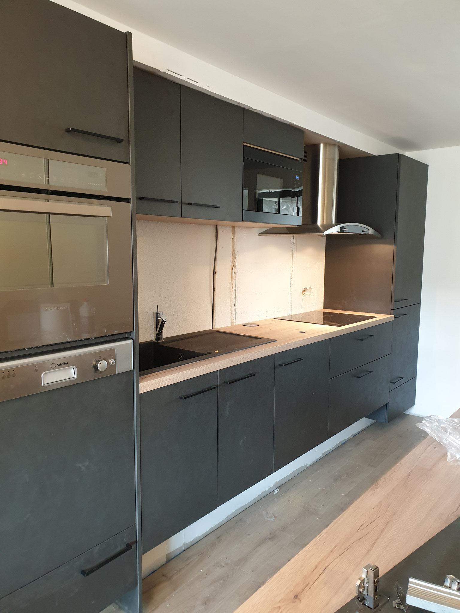 cuisine anthracite et bois avec contraintes de canalisation refonte complète d'un appartement Toulouse minimes par cuisine design Toulouse
