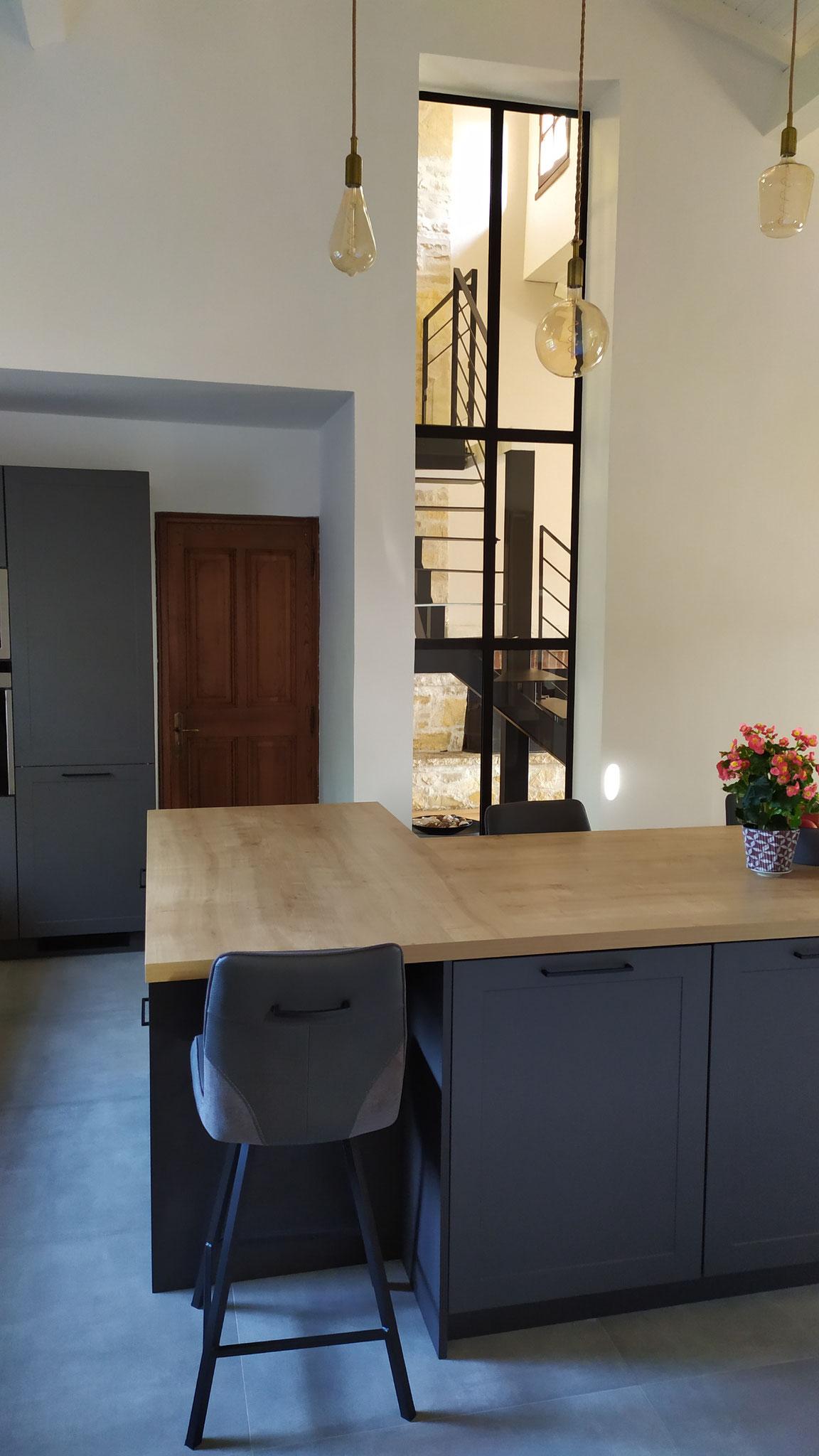 cuisine grise plan bois avec ilot haut de gamme avec verrière et sur mesure par cuisine design Toulouse