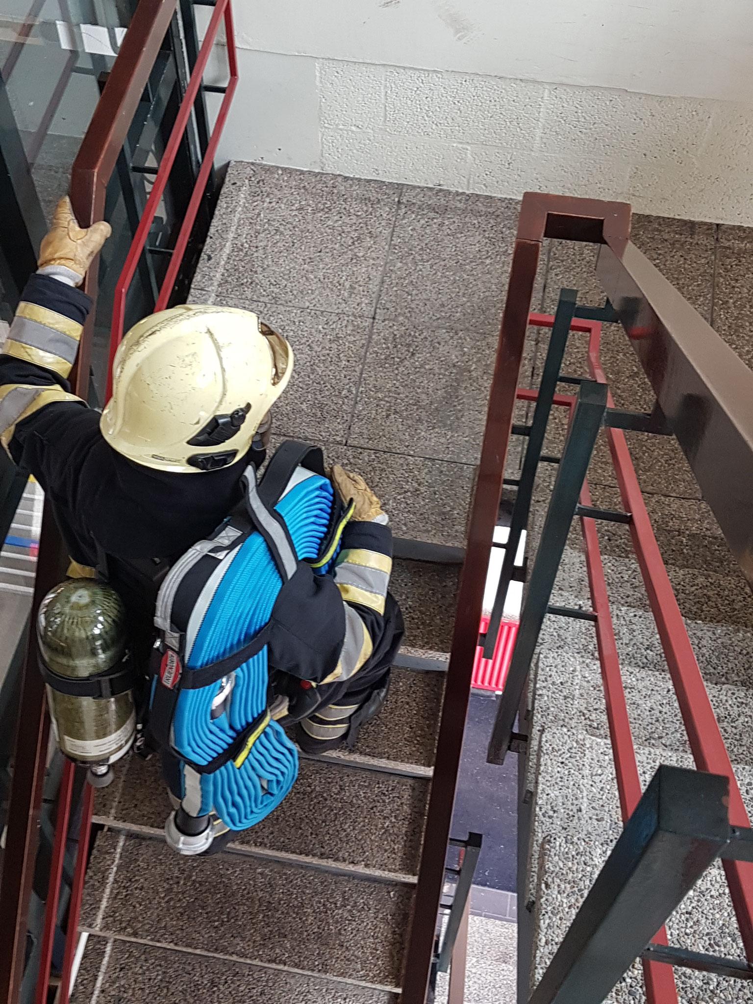 Collega in actie in trappenhuis.