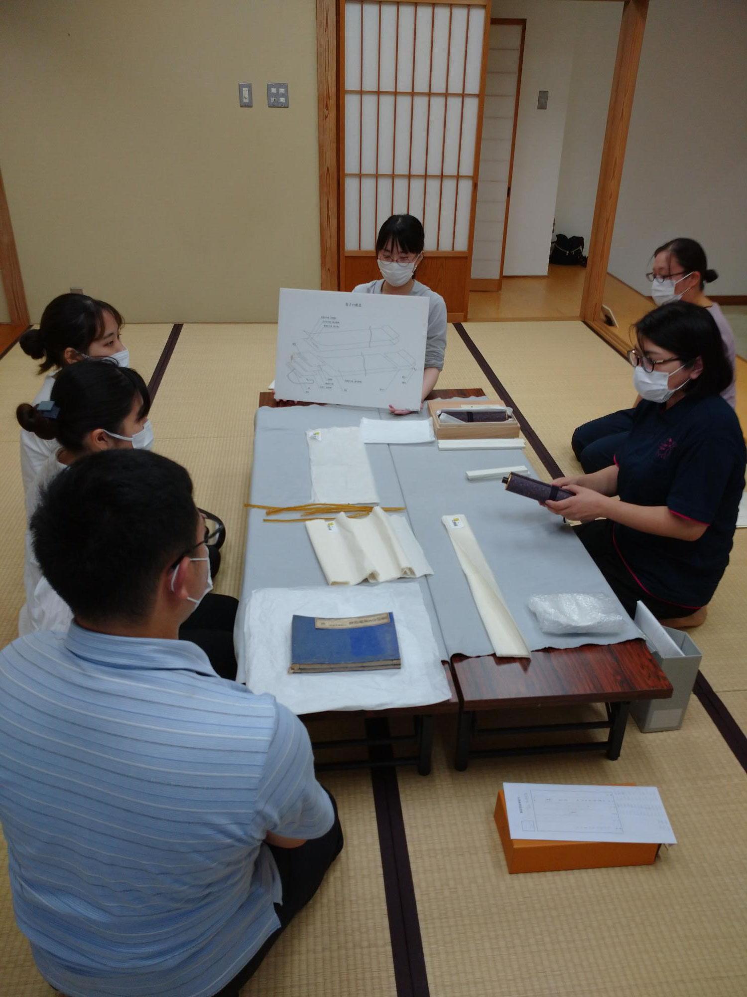 古文書の取り扱い方を学びました