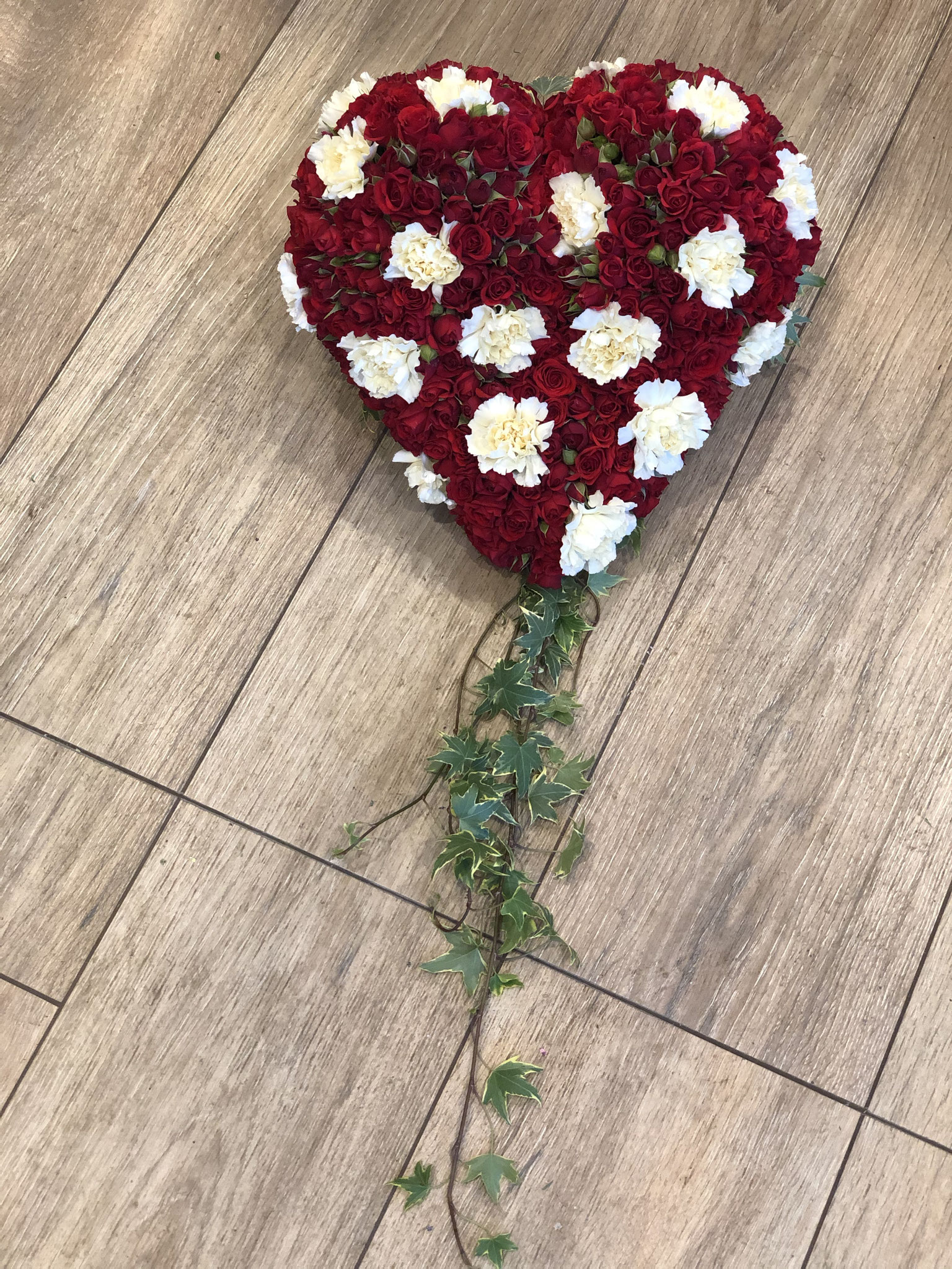 Herz Rosen und Nelken mit Efeu