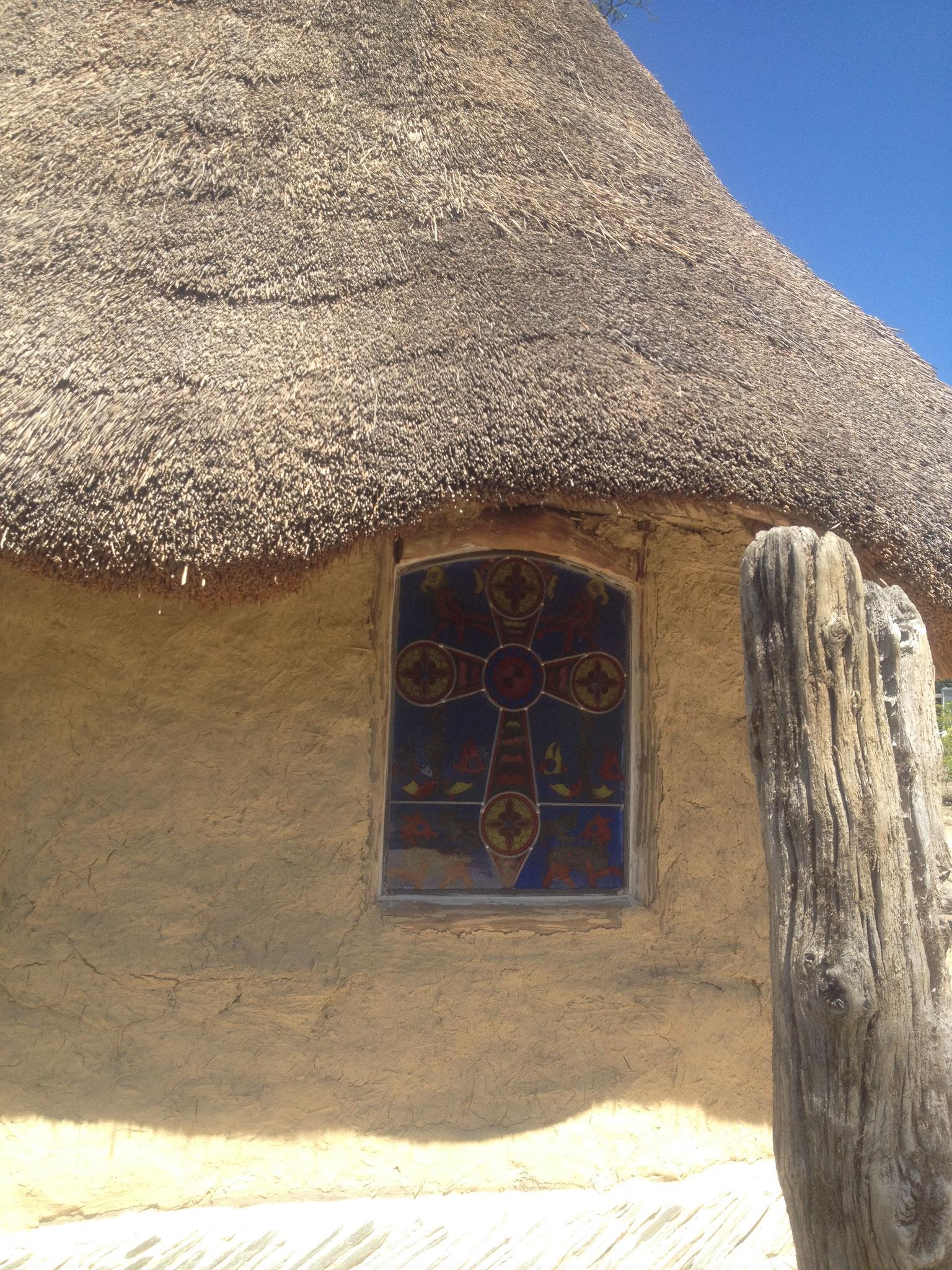 Vitrail de la chapelle mérovingienne de Moncornu