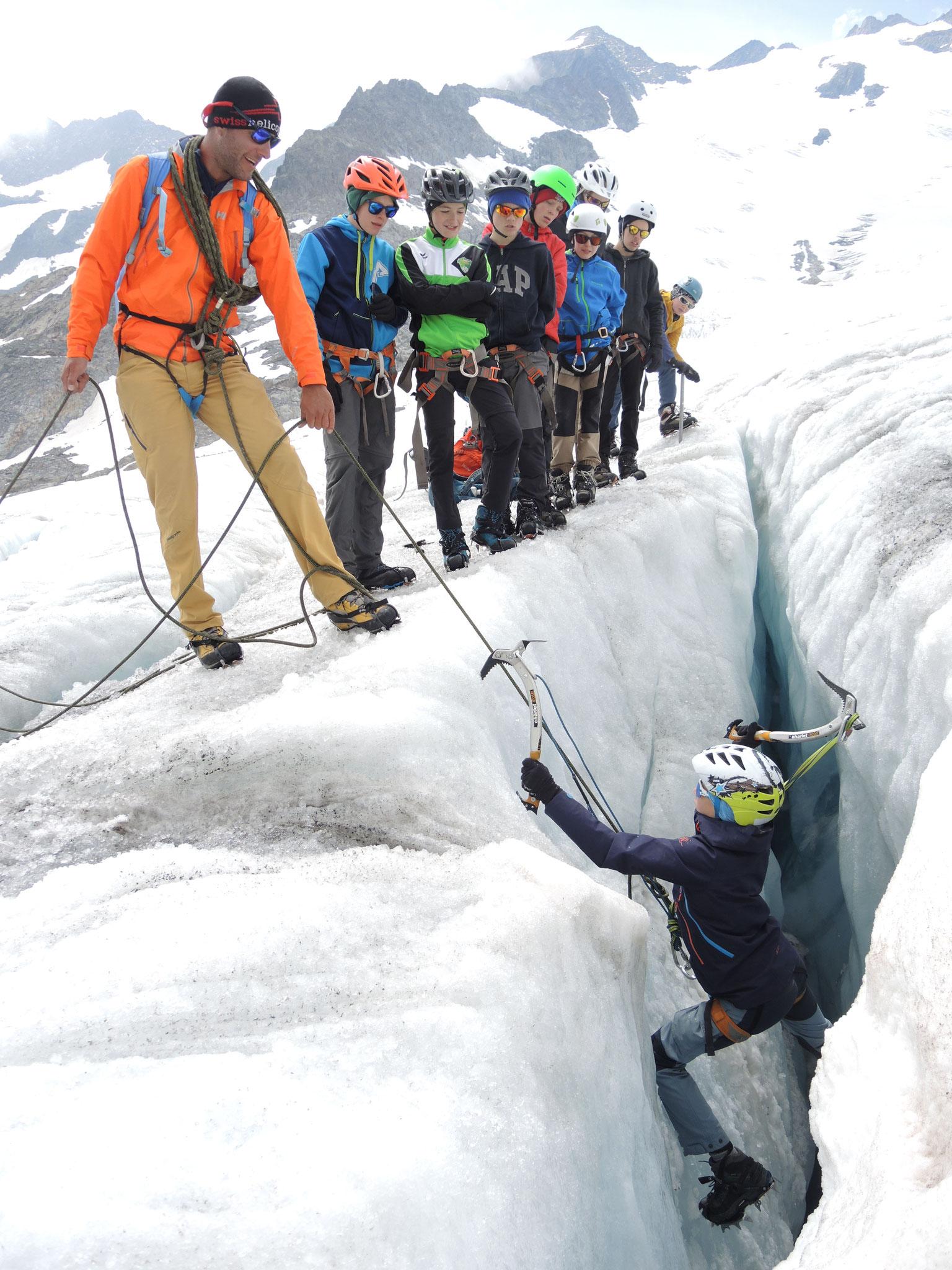 ...29: Kinderkletterlager, Eisklettern in Gletscherspalte