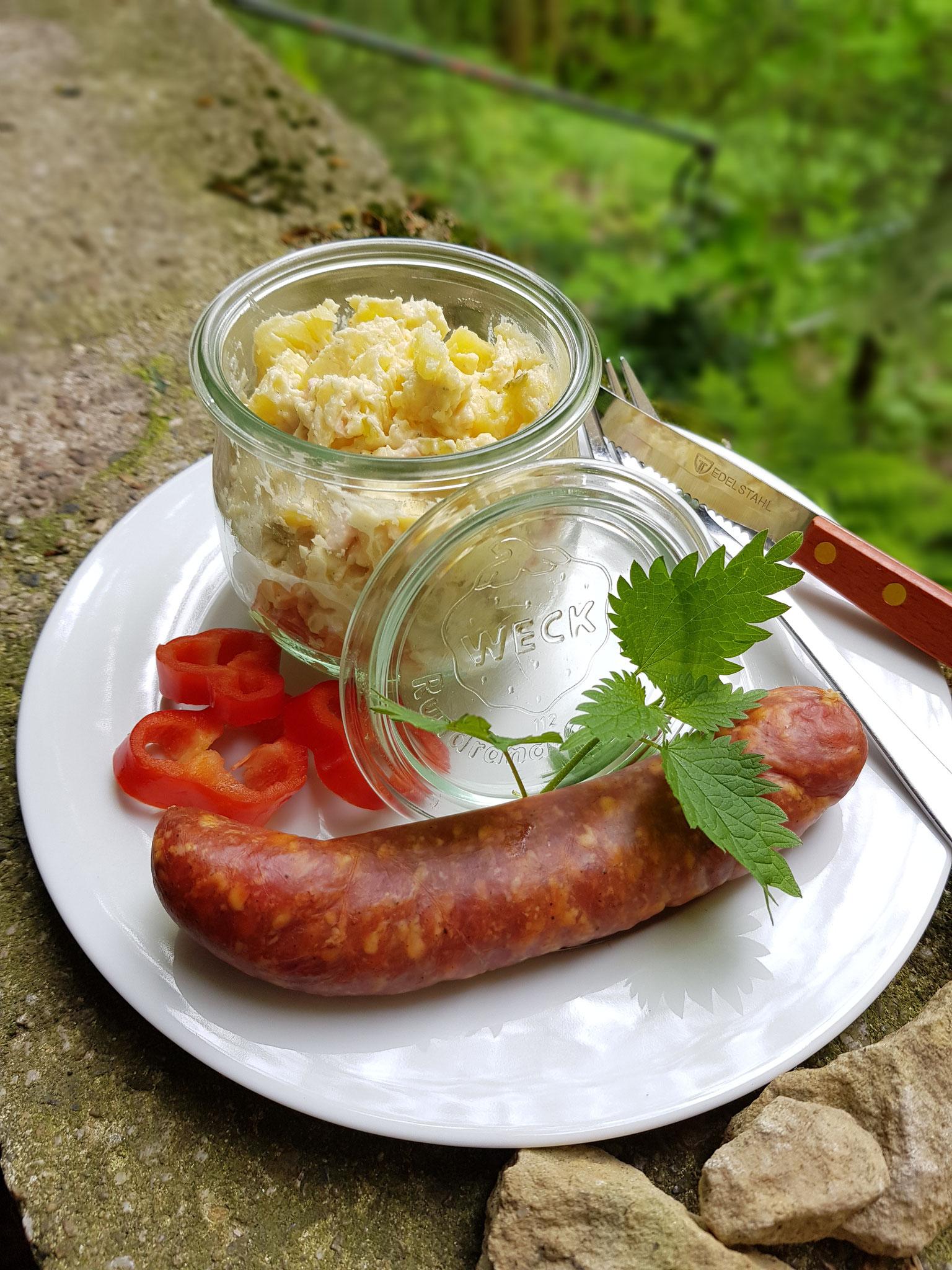 Frischer Schweineknacker mit hausgemachtem Kartoffelsalat