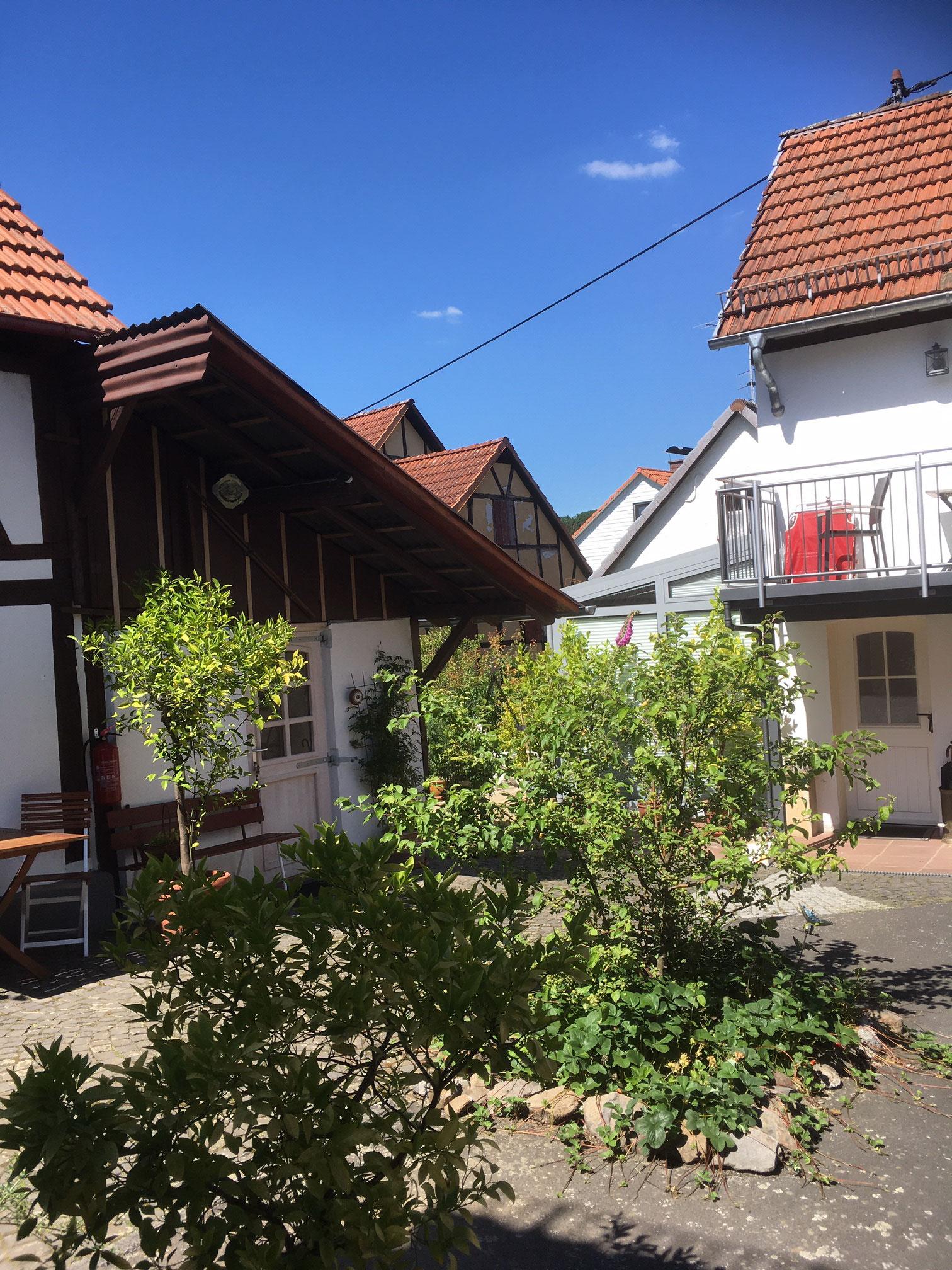 Hof mit Altem Schäferhaus links und Ferienhaus bei Juste rechts