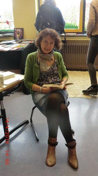 Frau Müller passt auf die Bücherausstellung auf - tolle Bücher...
