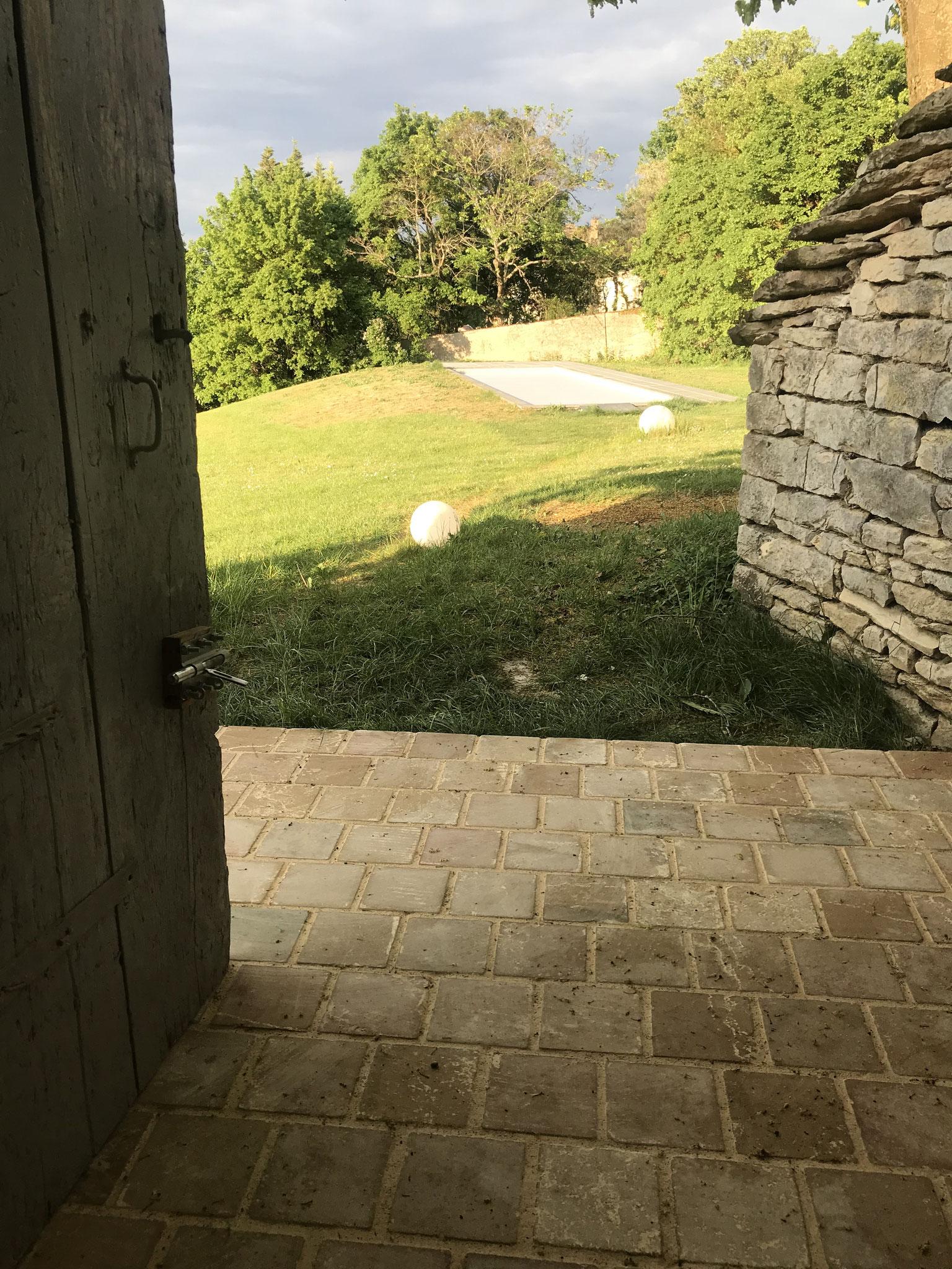 le seuil de de la porte coté piscine avec un dallage tout nouveau
