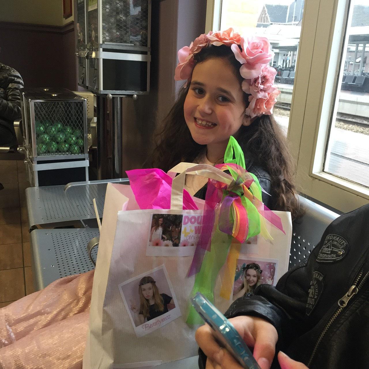 Mijn tasje met cadeautjes voor Joy trekt het aandacht van de mensen in het station