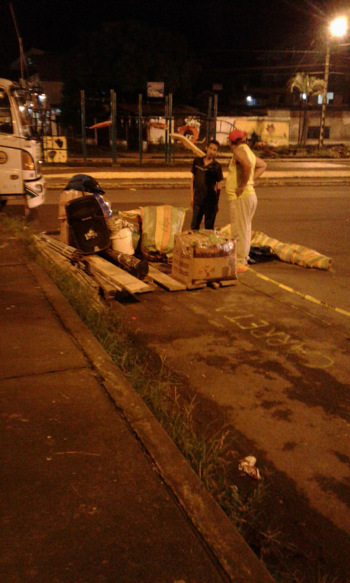 Nachtaktion: Händler belagern unseren Standplatz mit ihren Sachen