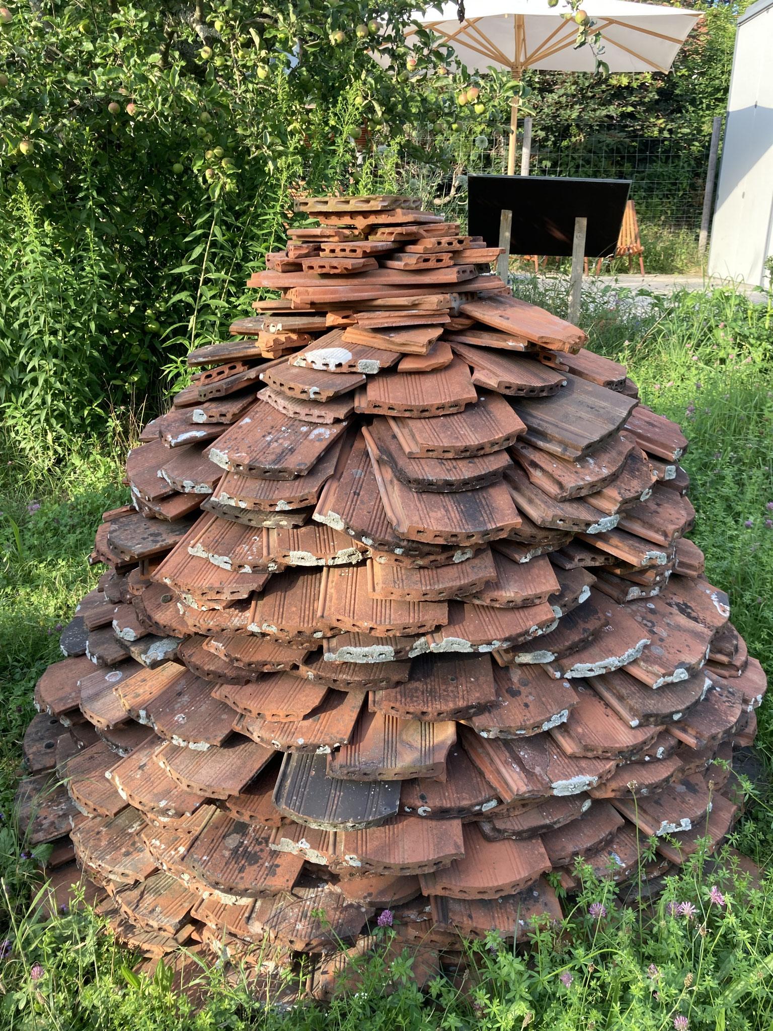 Ziegelpyramide: Mehrfamilienhaus und Sonnenbank für Insekten