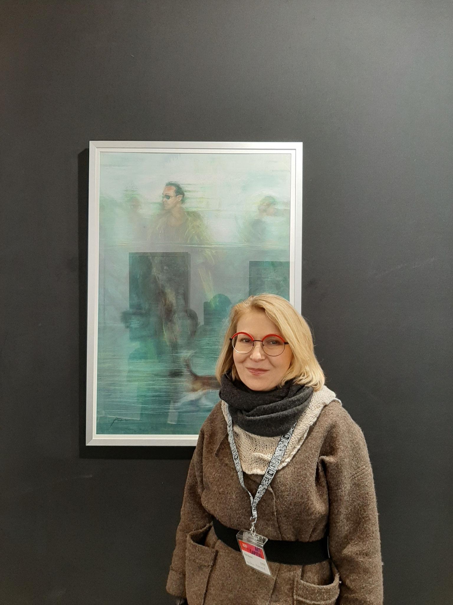 Irina devant un de ses tableaux récents