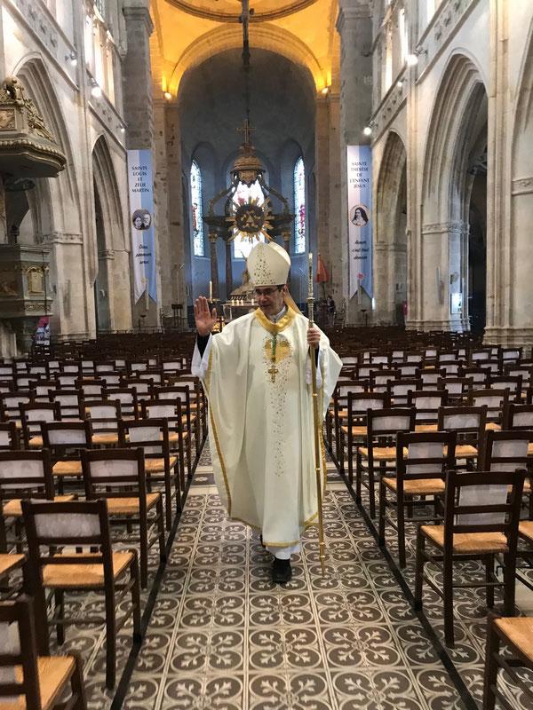 L'évêque bénit les portraits des paroissiens