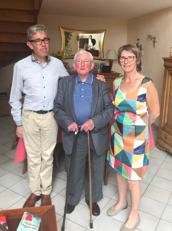 Le P. André Cousin entouré par Didier et Huguette Charaudeau qui s'occupent avec un soin admirable des prêtres âgés. Ils ont reçu pour cela mission de notre évêque. Qu'ils en soient chaleureusement remerciés !