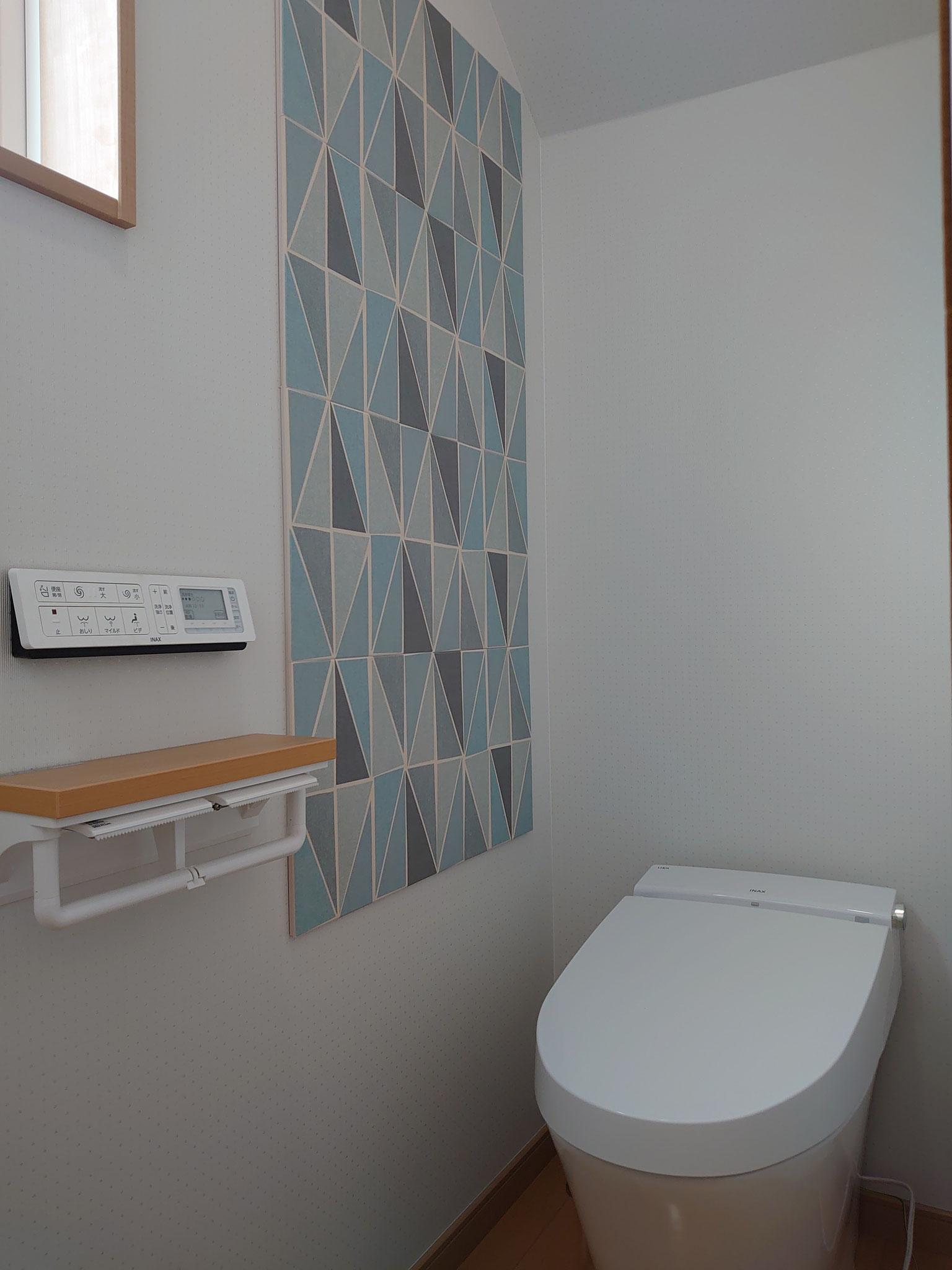 トイレの壁にはエコカラットのデザインパネルキットを使用しています。
