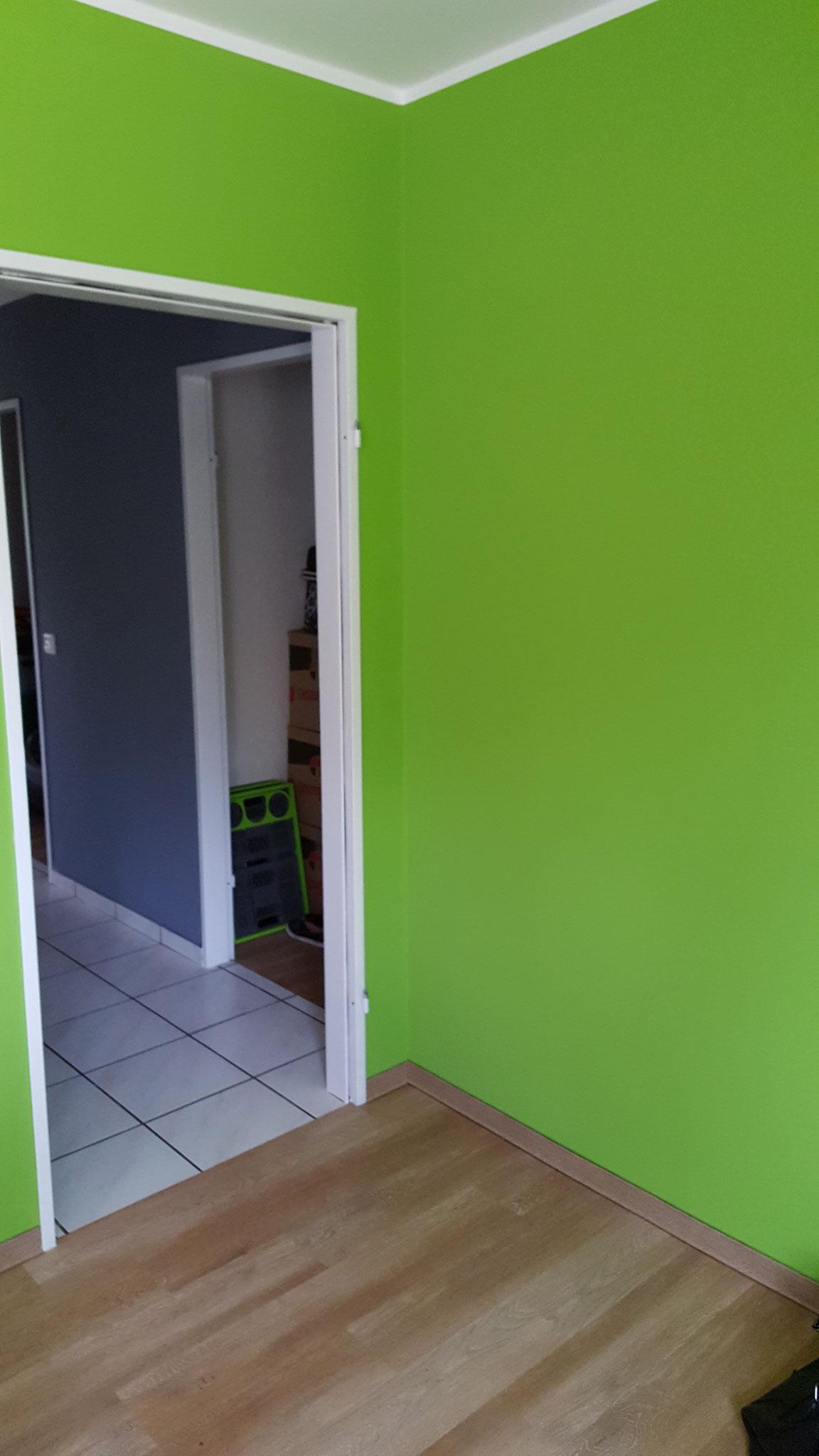 Grün.... ohne alles etwas Gewöhnungsbedürftig, sah aber mit der Küche sehr gut aus.