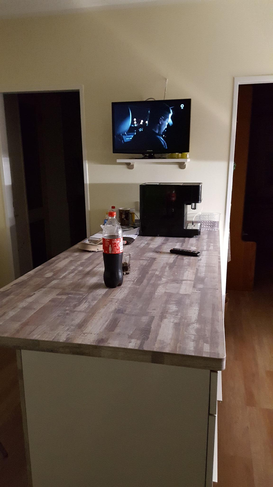 Oberhalb der Fernsehers, sieht man noch ein Kabel zur Vorbereitung einer Arbeitsplatzbeleuchtung. TV Anschluss und Steckdose sind hinter dem Fernseher eingebaut worden um die Kabel optisch zu verstecken.
