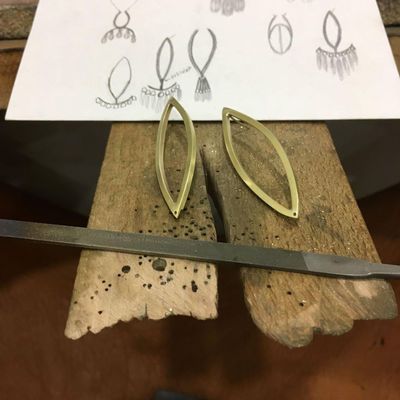 Du dessin à la fabrication en laiton brut de boucles d'oreille