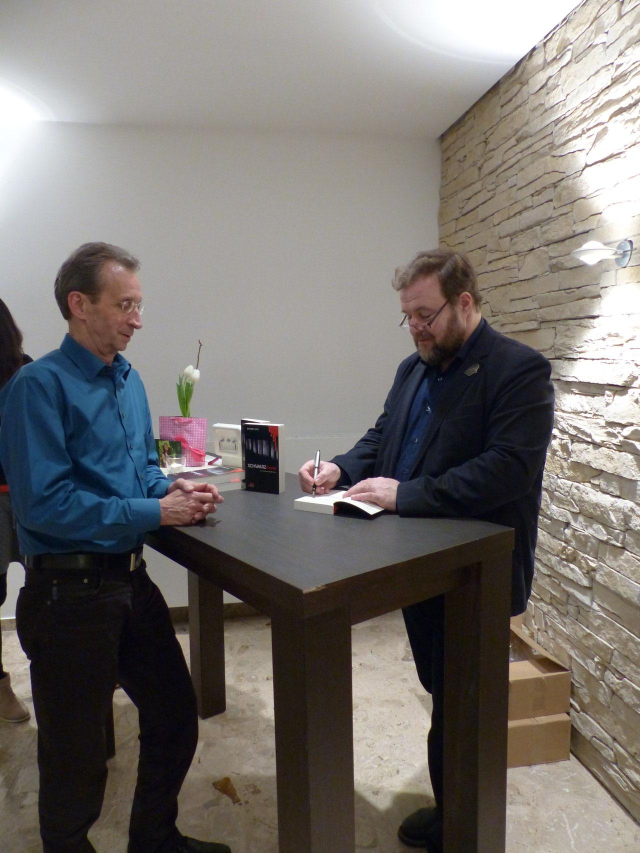 Der Autor signiert den Krimi für Siegbert Meier