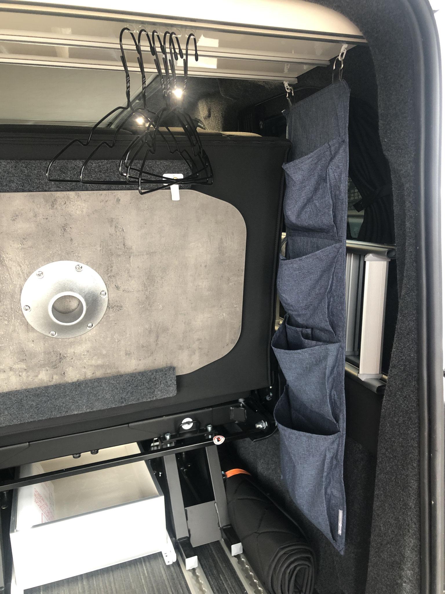Staufächer inkl. Kleiderbügel im Kofferraum