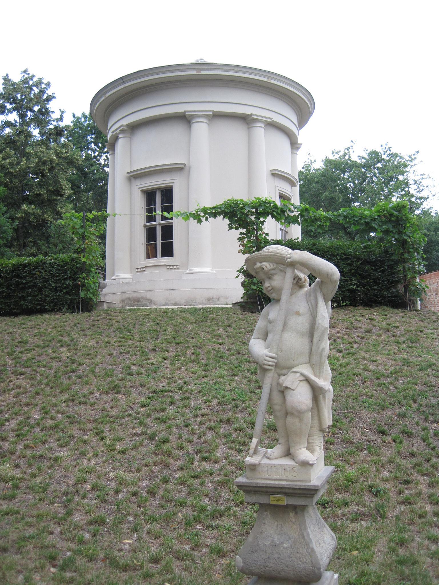 Sandsteinskulptur im Tempelgarten