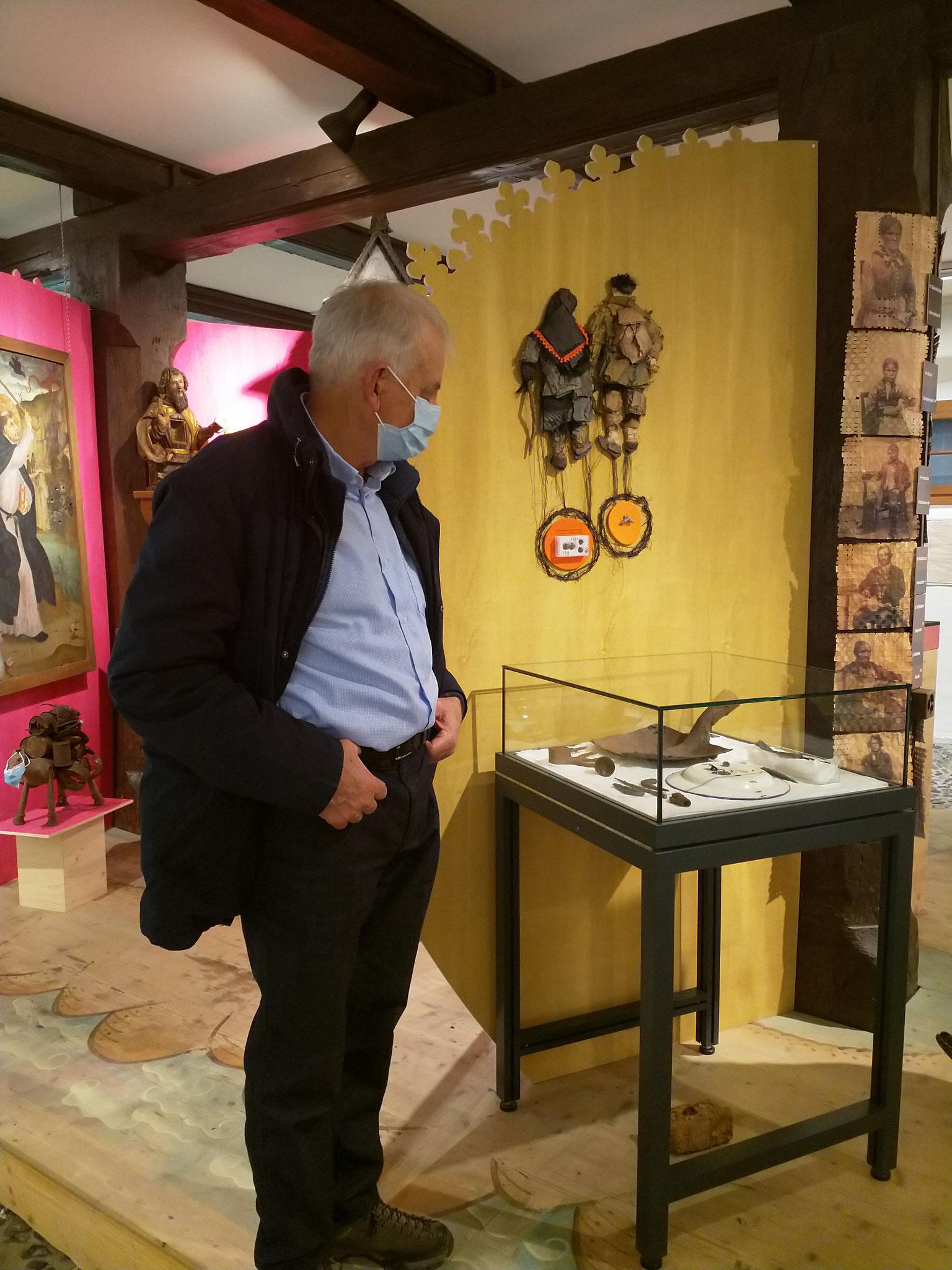 Erwin schaut nachdenklich auf die Fundstücke beim Cholhüttliwald. Messer und Werkzeuge. Köhler war Aussenseiter, lebten oft im Wald.