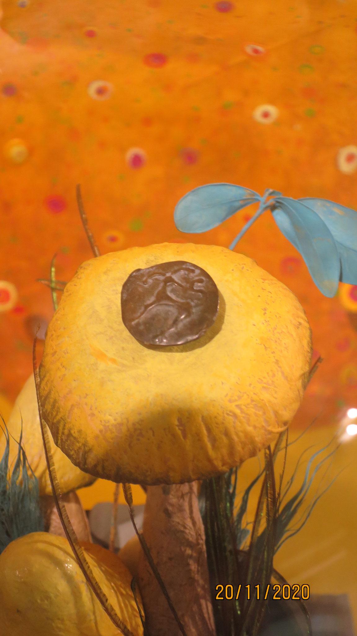 Am Eingang der Ausstellung liegt die älteste in Obwalden gefundene Münze unscheinbar auf einem Pilz. Im ersten Jahrhundert v. Chr. aus Potin, einer Bronze Legierung, gegossen.