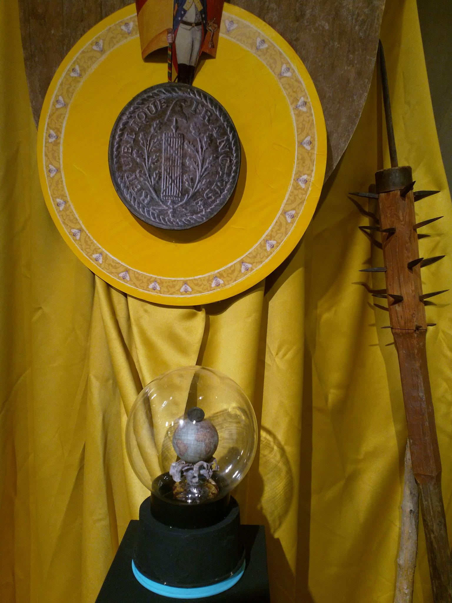 Dieser Knopf löste sich von einer Uniform eines französischen Soldaten beim Franzoseneinfall 1798. Er wird auf einer Weltkugel präsentiert, symbolhaft für die Herrschaftsansprüche unseres westlichen Nachbarn.