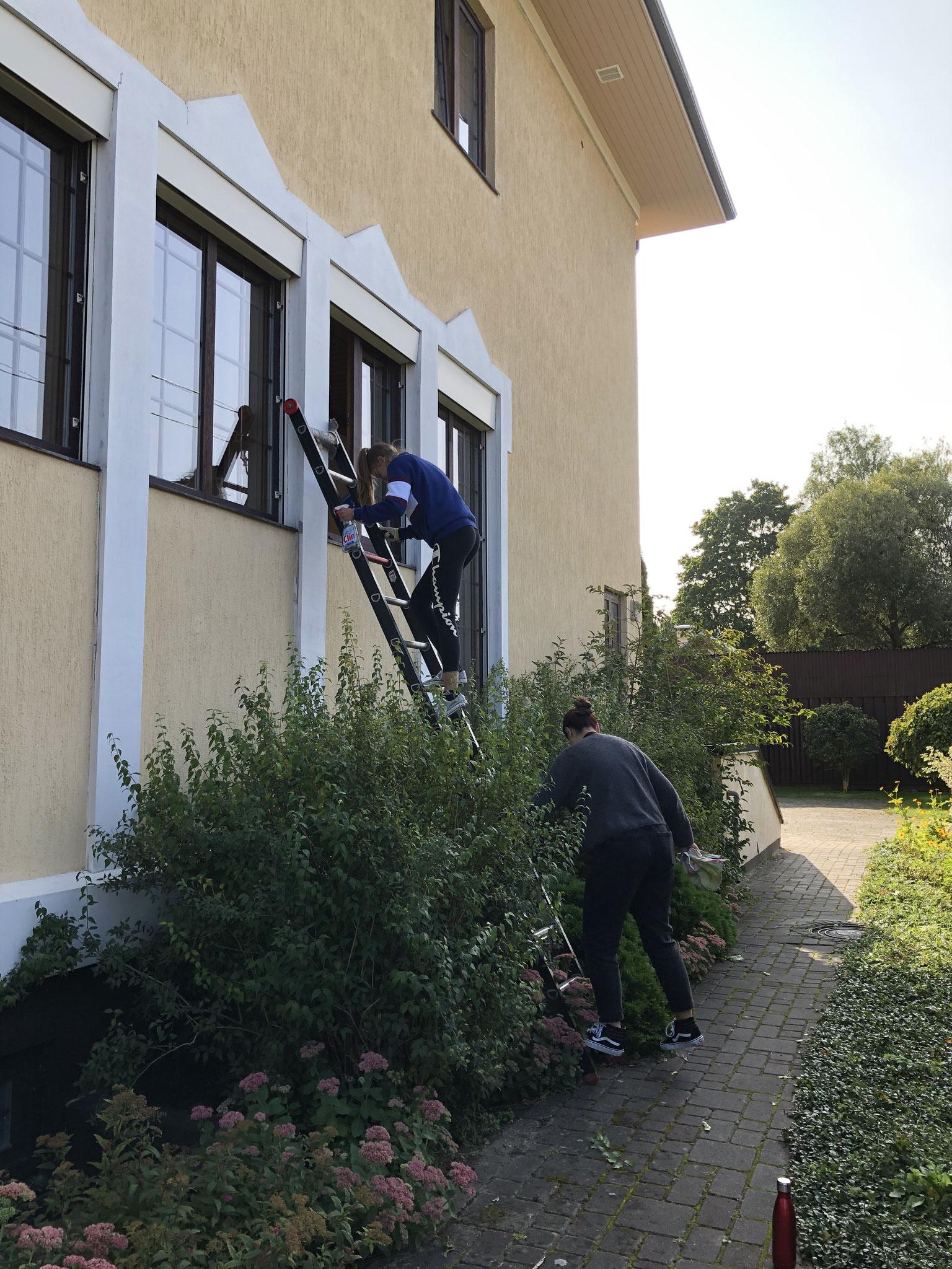Isabell und Julia beim Fenster putzen (Foto: Eva)