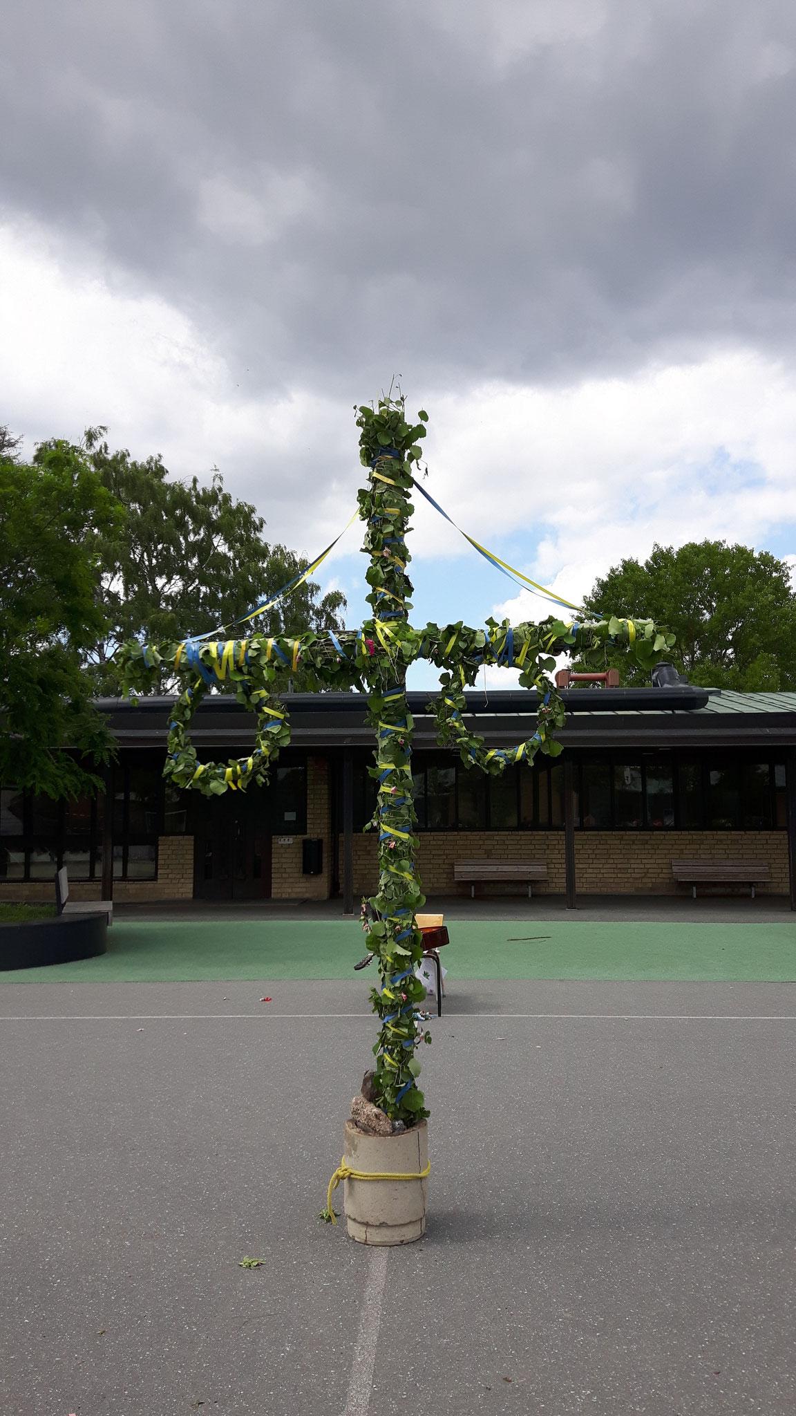Midsommerbaum im Hof der St. Eriks Skola