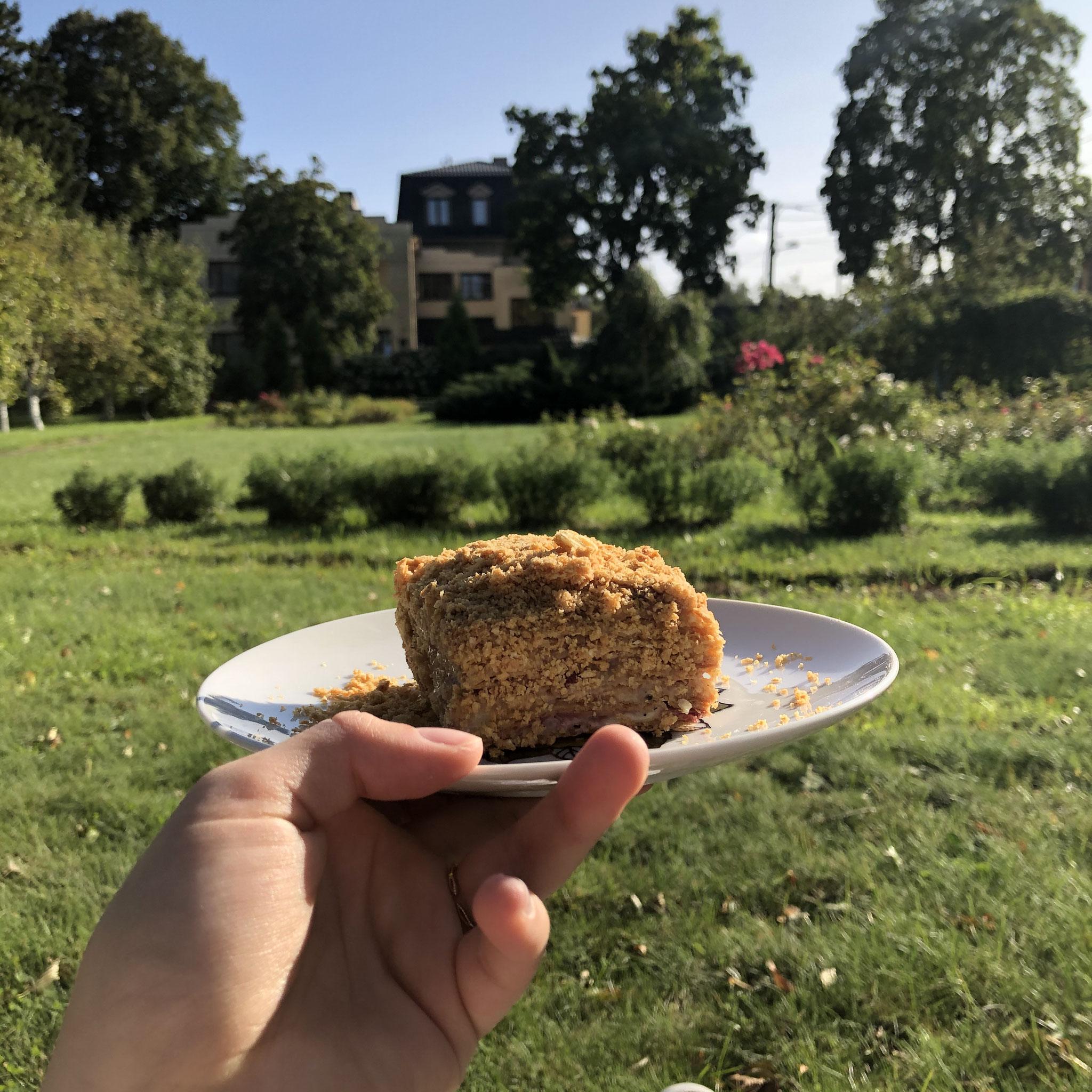 Kuchen essen im Apfelgarten (Foto: Eva)