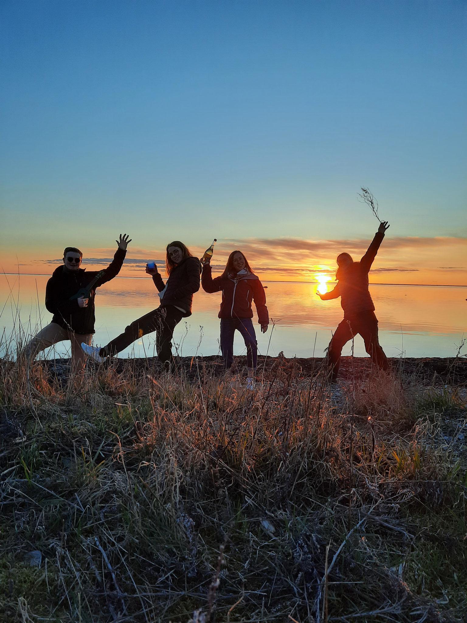 v.l.: Konrad, Clarita, Hannah und Sonja bei Sonnenuntergang
