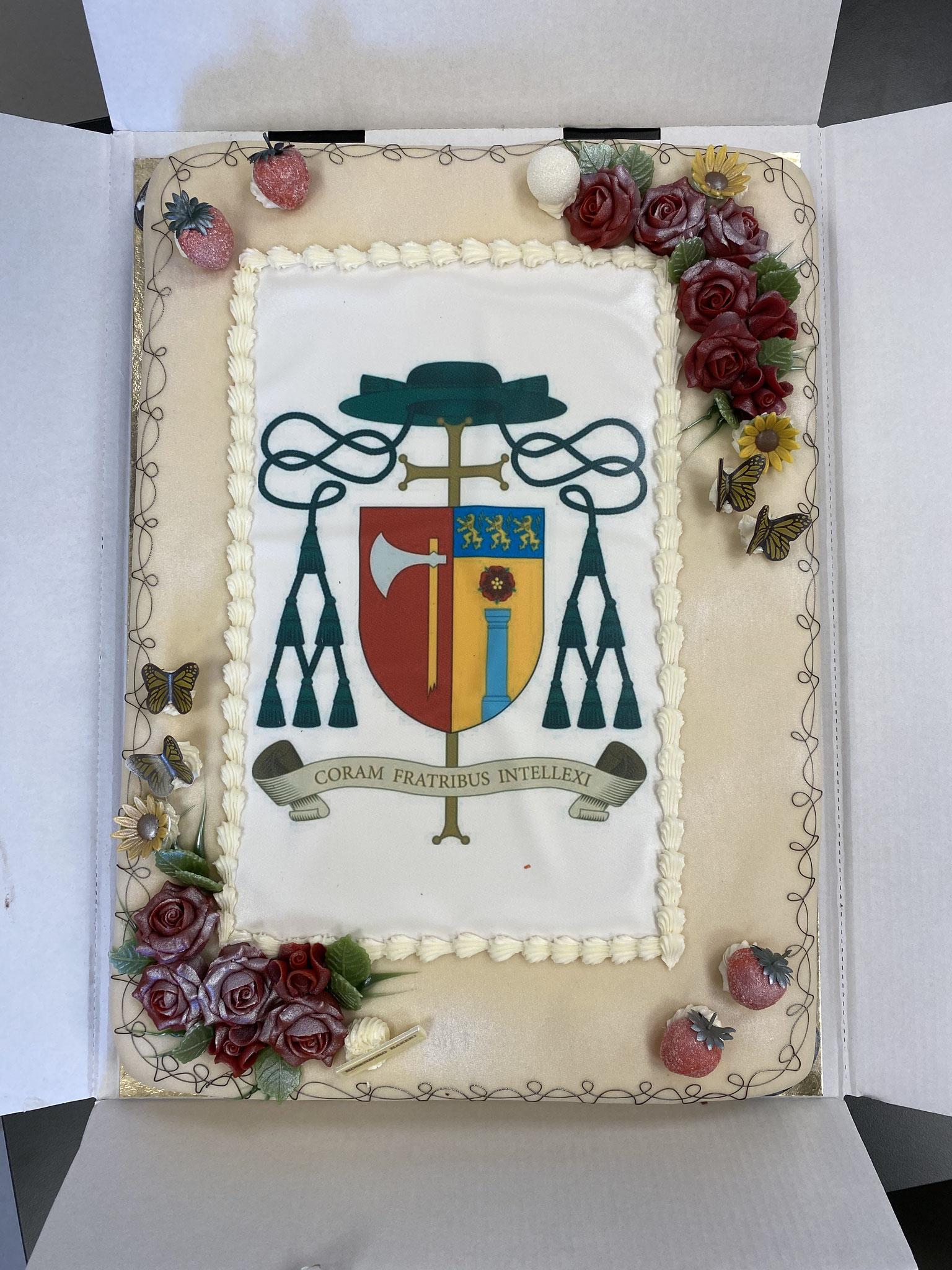 Schmeckt genau so gut, wie sie aussieht Die festliche Torte, welche eigens für die Bischofsweihe bestellt wurde, wird von Bischof Eriks Logo geziert.