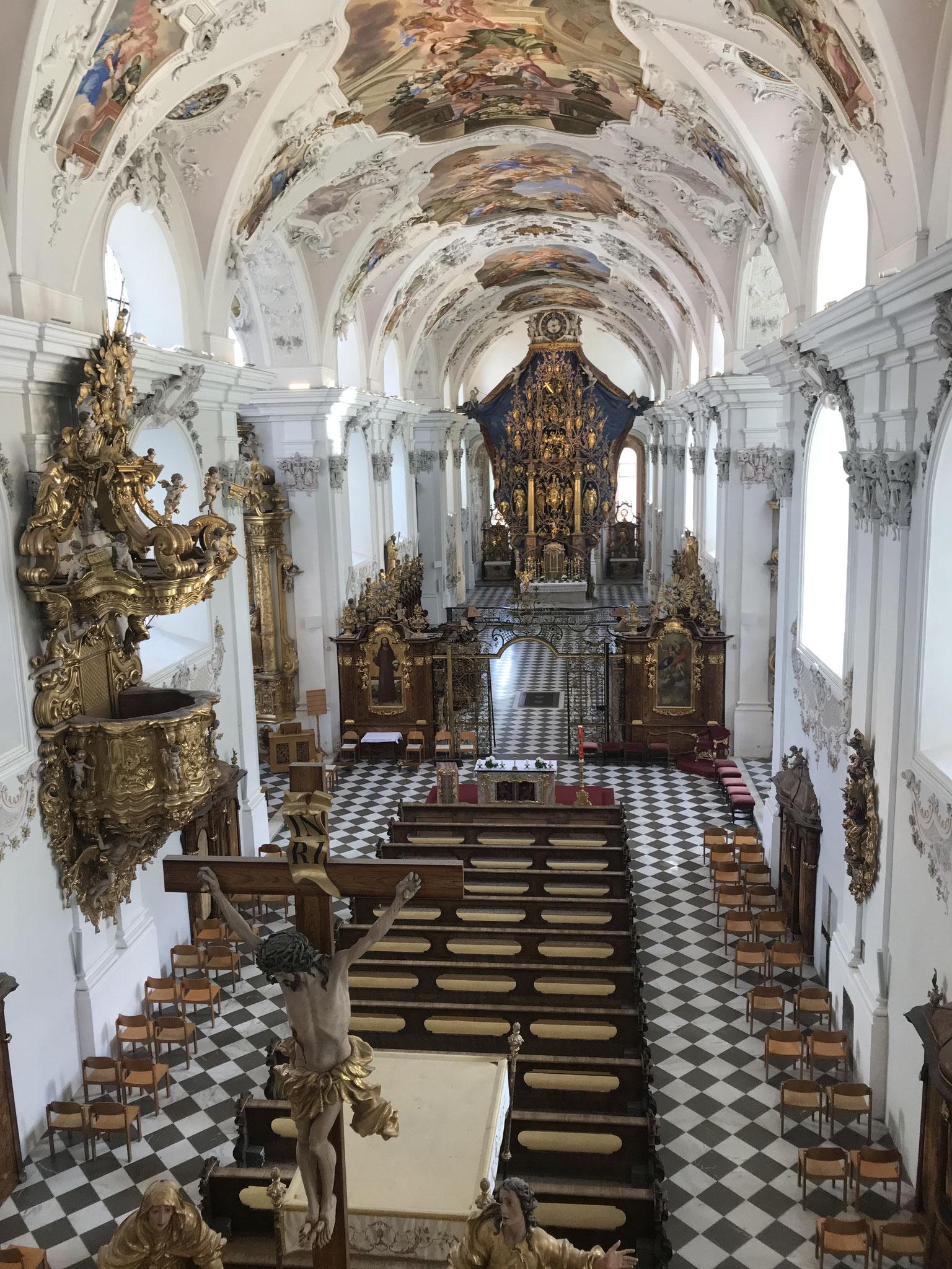 Blick ins Schiff der Klosterkirche Stams