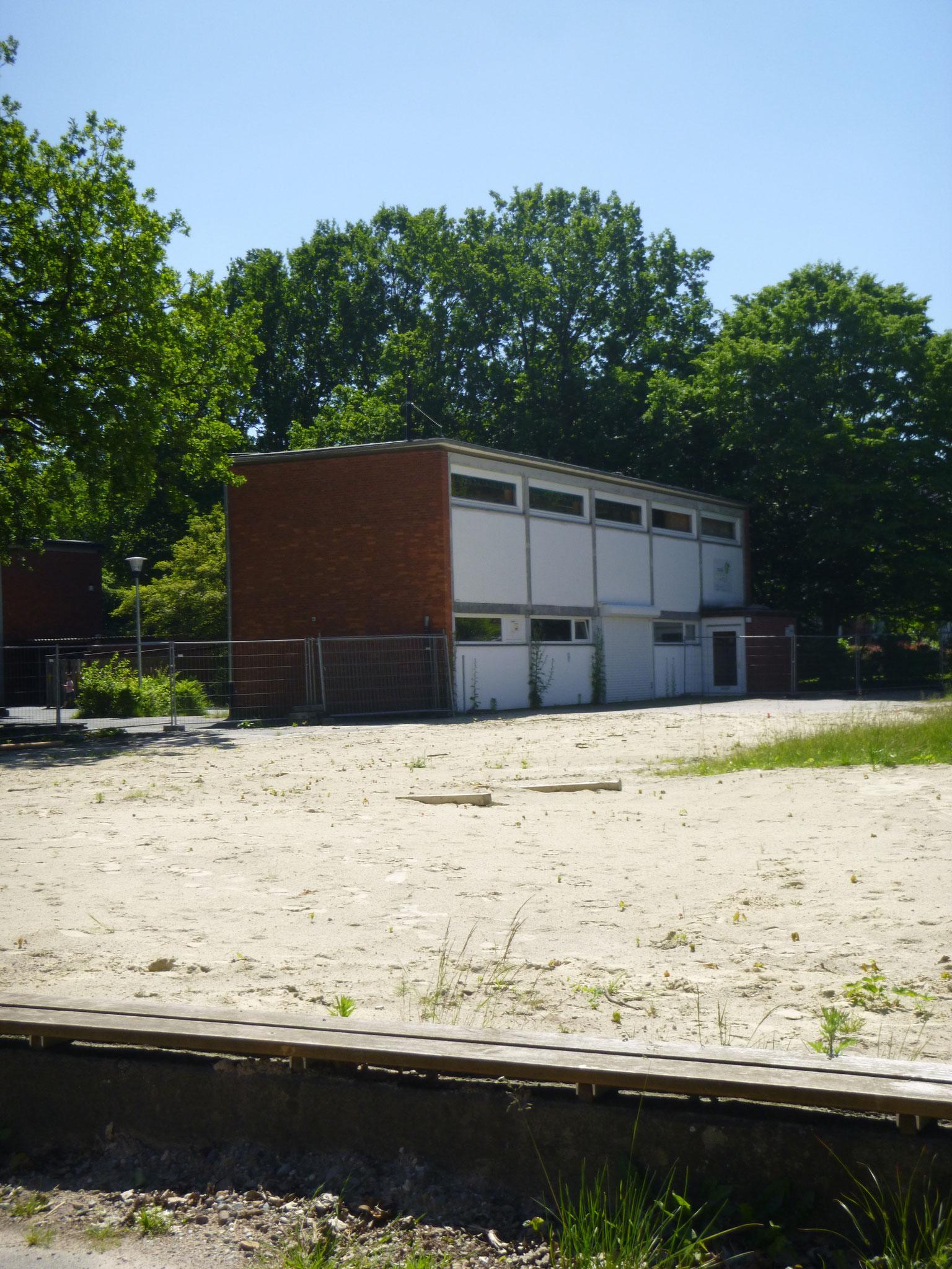 Hier seht ihr die Fläche, wo die bauen. Aber wir können nicht wissen wann die weiter bauen. Wir sind die Schule: Grundschule an der Landskronastraße.