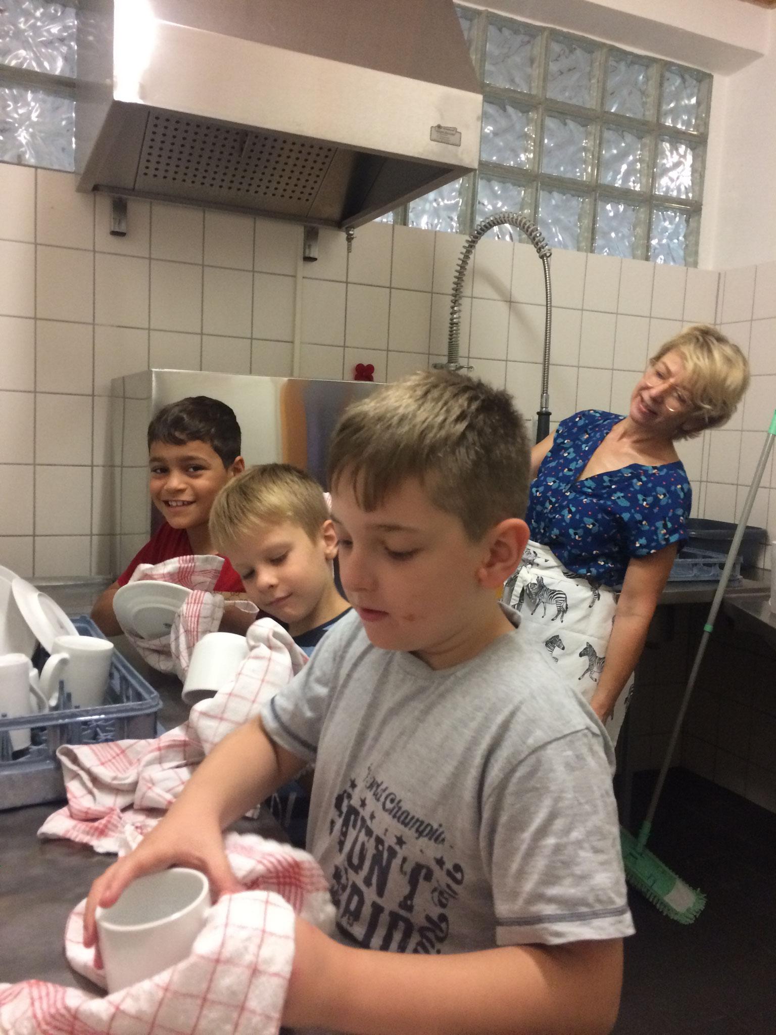 Der Tischdienst hilft beim Abwasch.