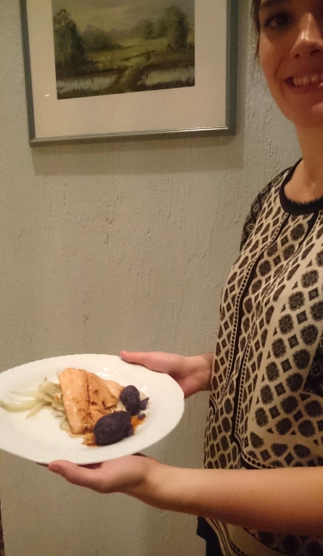 Teichnixe Sophia Bächer serviert Fischfilet