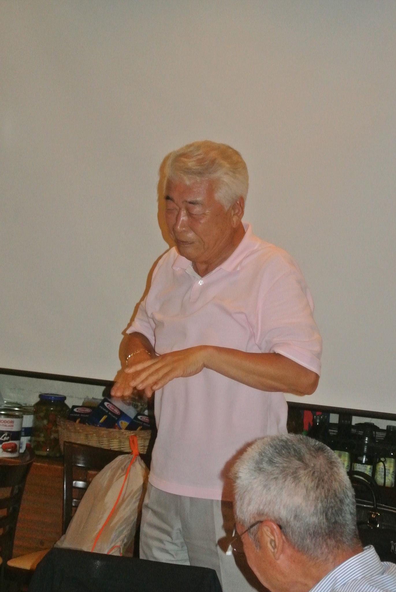 坂本さんが和田講師に校歌斉唱催促