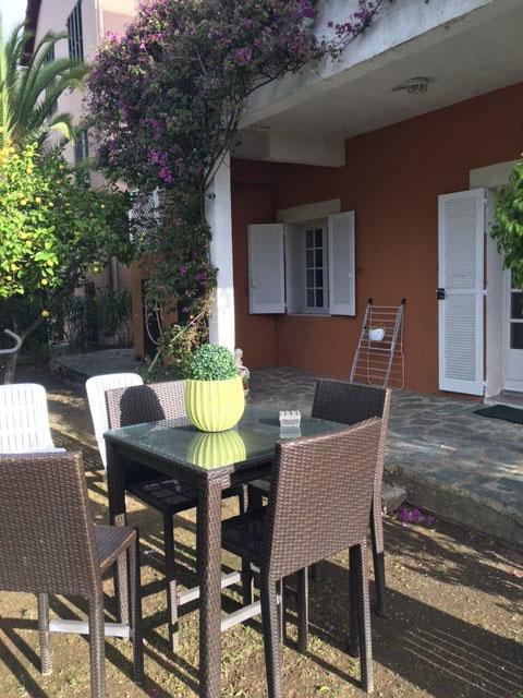 """vue du jardin - table et chaises - """"mange debout"""" - La maison de Ninette -"""