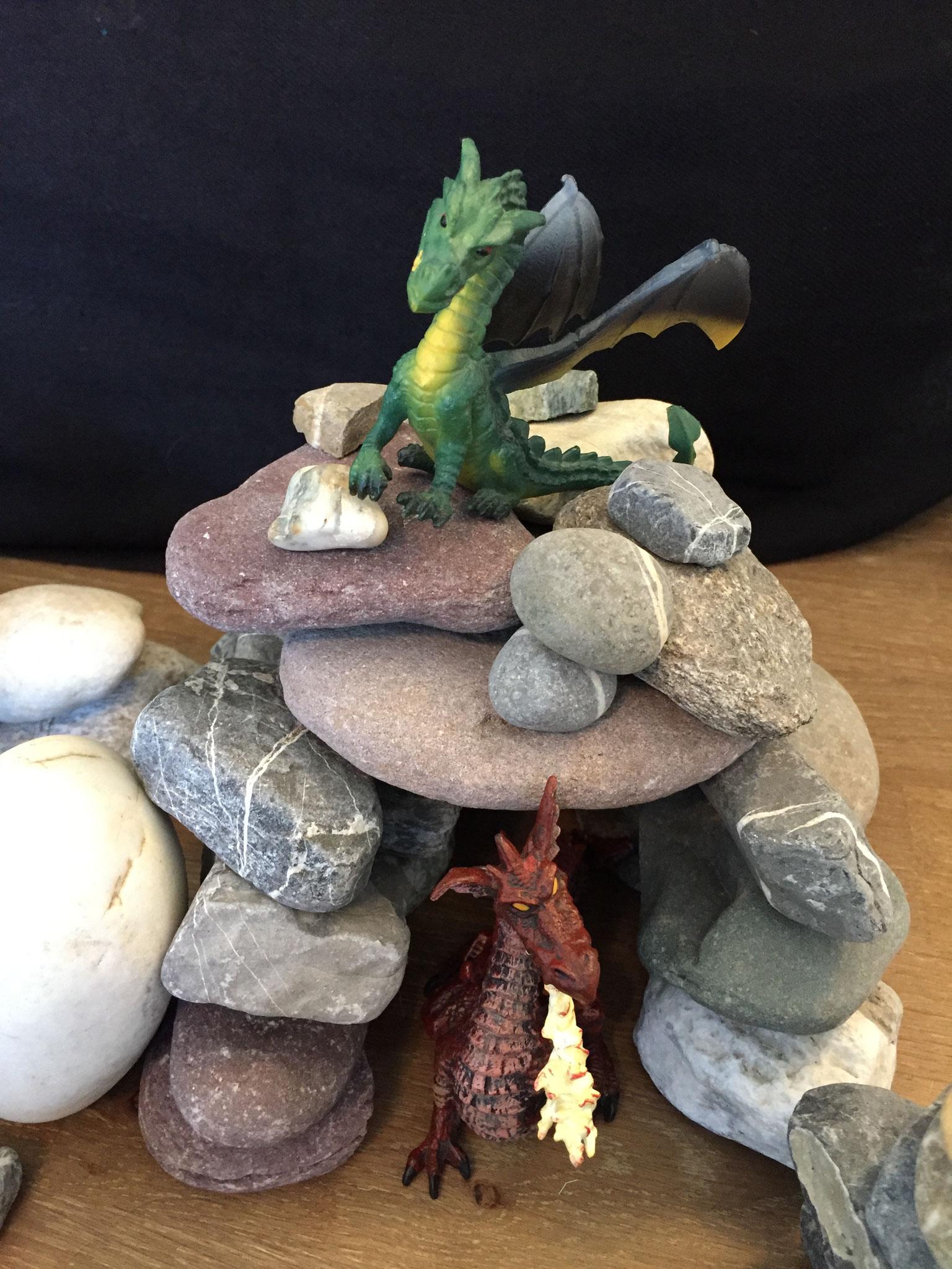Es waren einmal zwei Drachen. Sie waren sehr böse. Sie lebten in einer Höhle im Wald.