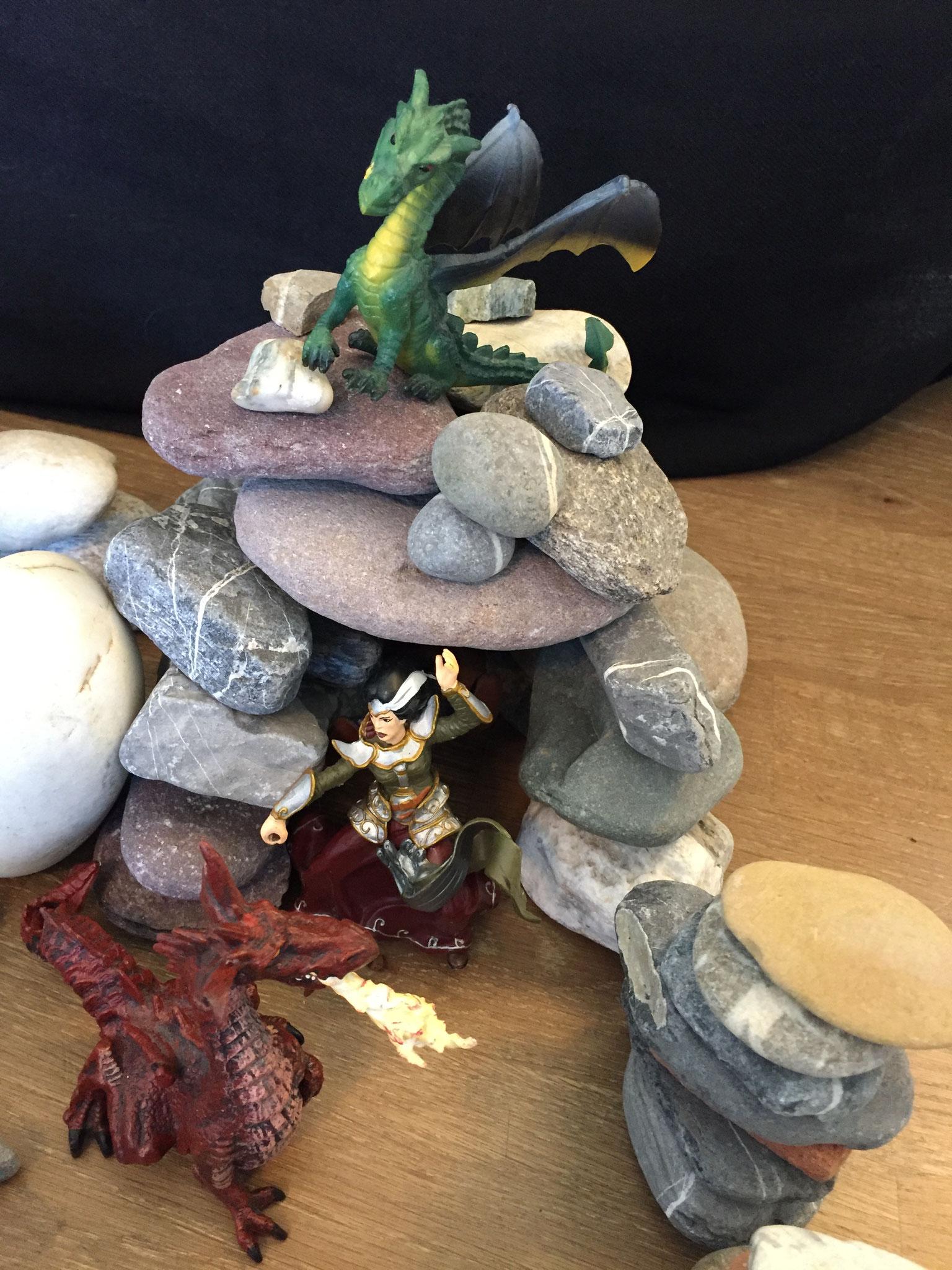 Einmal verirrte sich eine Prinzessin im Wald. Sie war wütend. Der König hatte ihr verboten raus zu gehen. Die Drachen schleppten sie in die Höhle.
