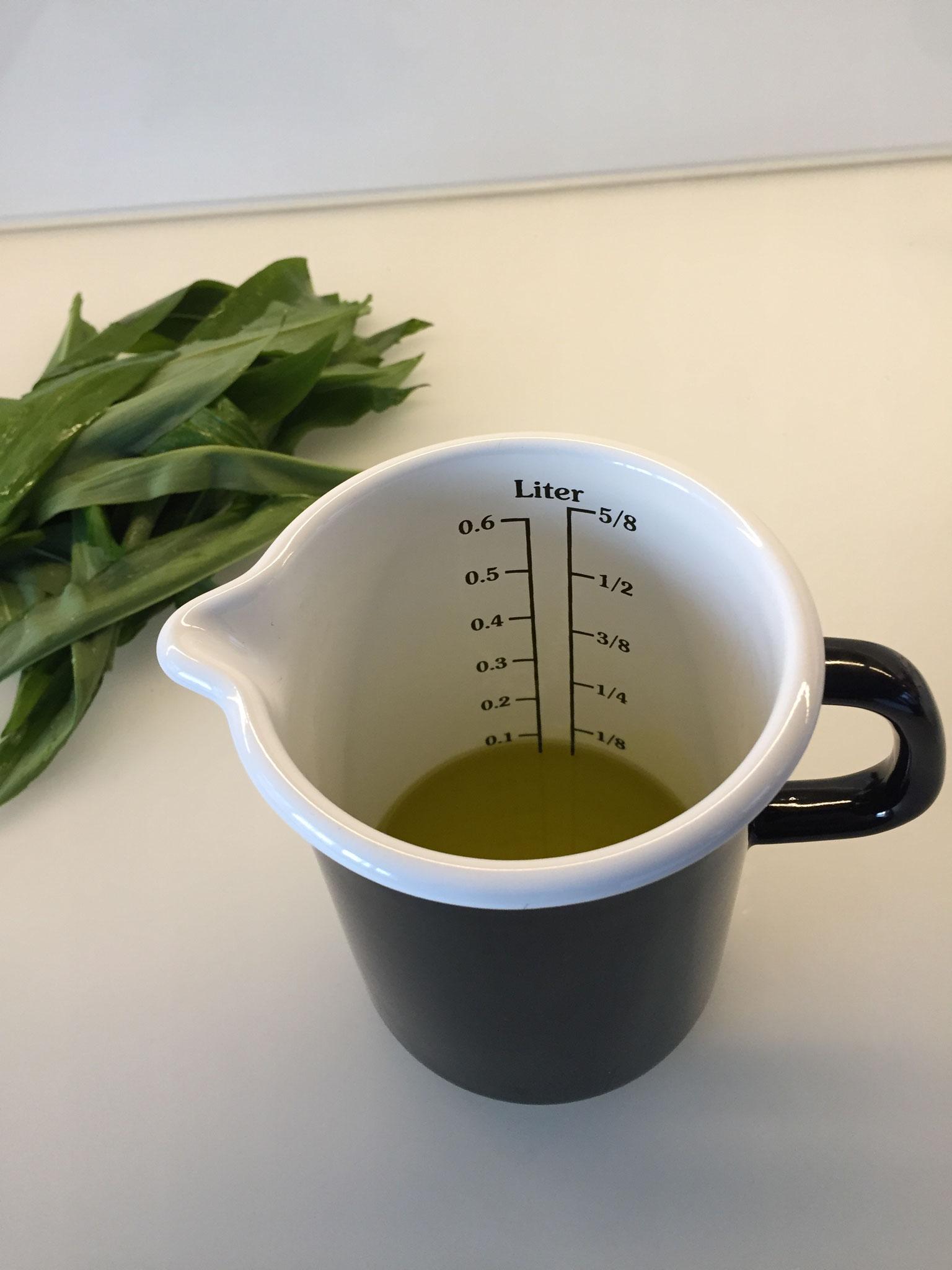 100 ml oder 1 dl Olivenöl in den Massbecher geben.