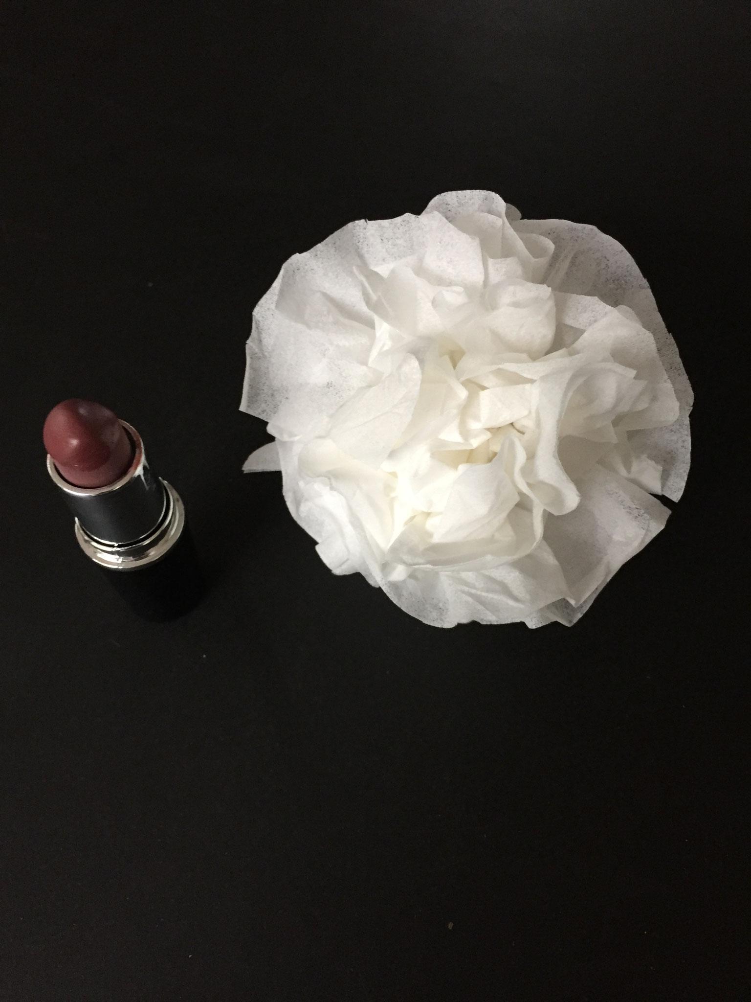 Du zupfst alles schön rund. Du fährst mit dem Lippenstift über die Blüten- Blätter.
